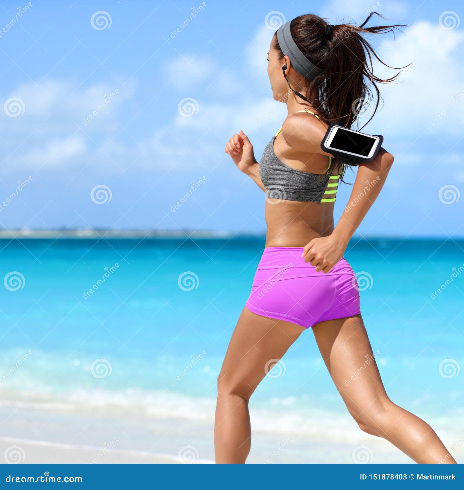 Motivación de la música para el corredor de funcionamiento de la mujer de la playa