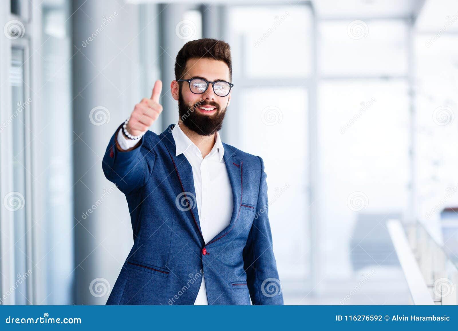 Motivational gest av den unga stiliga affärsmannen