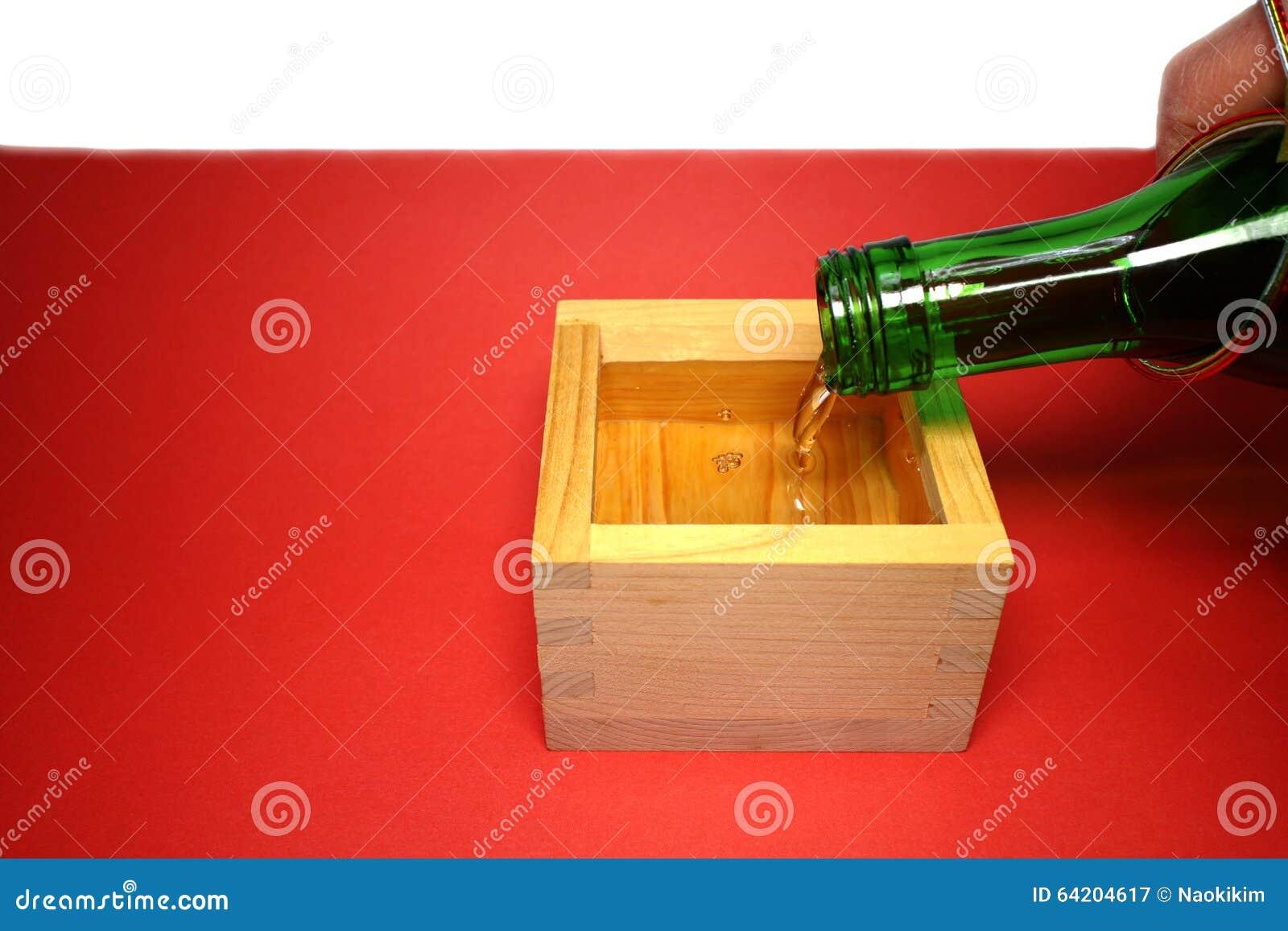 Motivo sagrado del japonés y taza de madera en el humor #2 del Año Nuevo