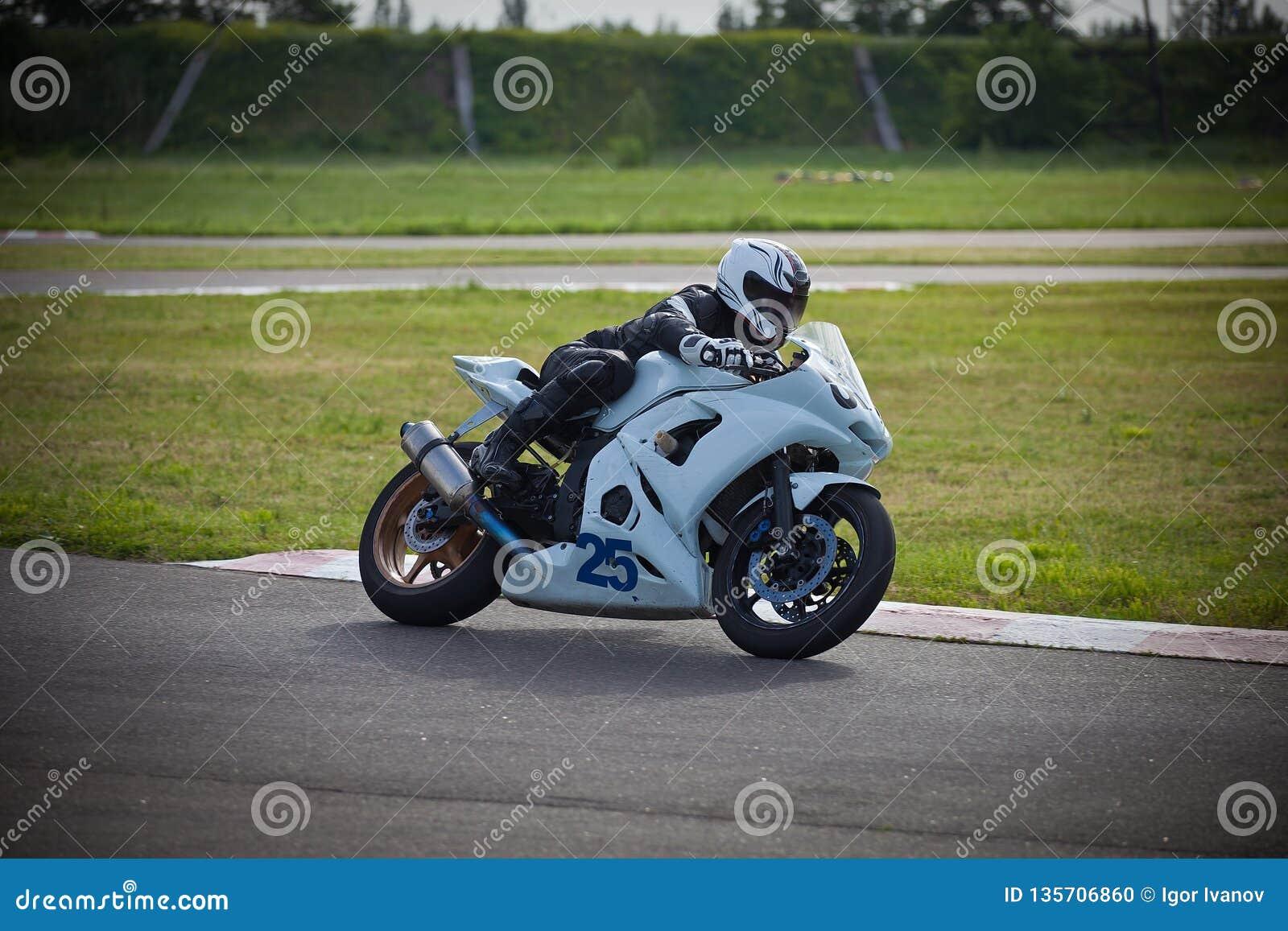 Moto-atleet op de renbaan