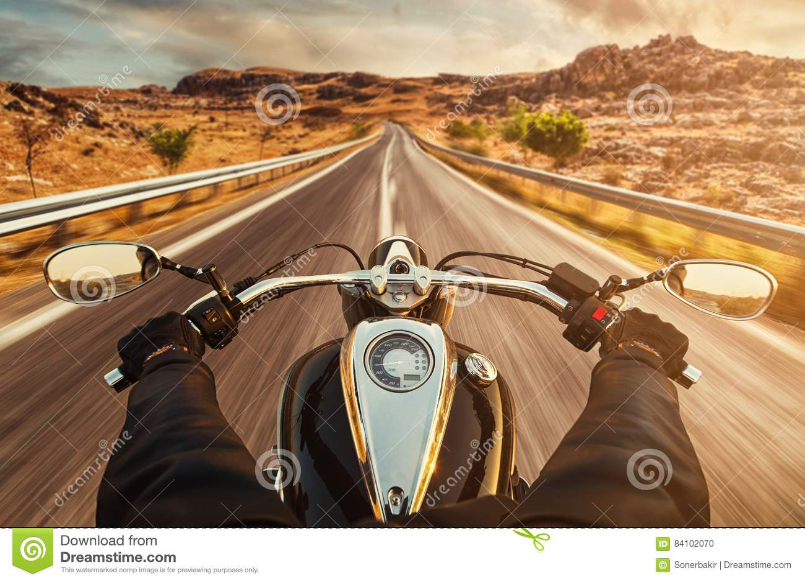 Moto d équitation de conducteur sur la route goudronnée