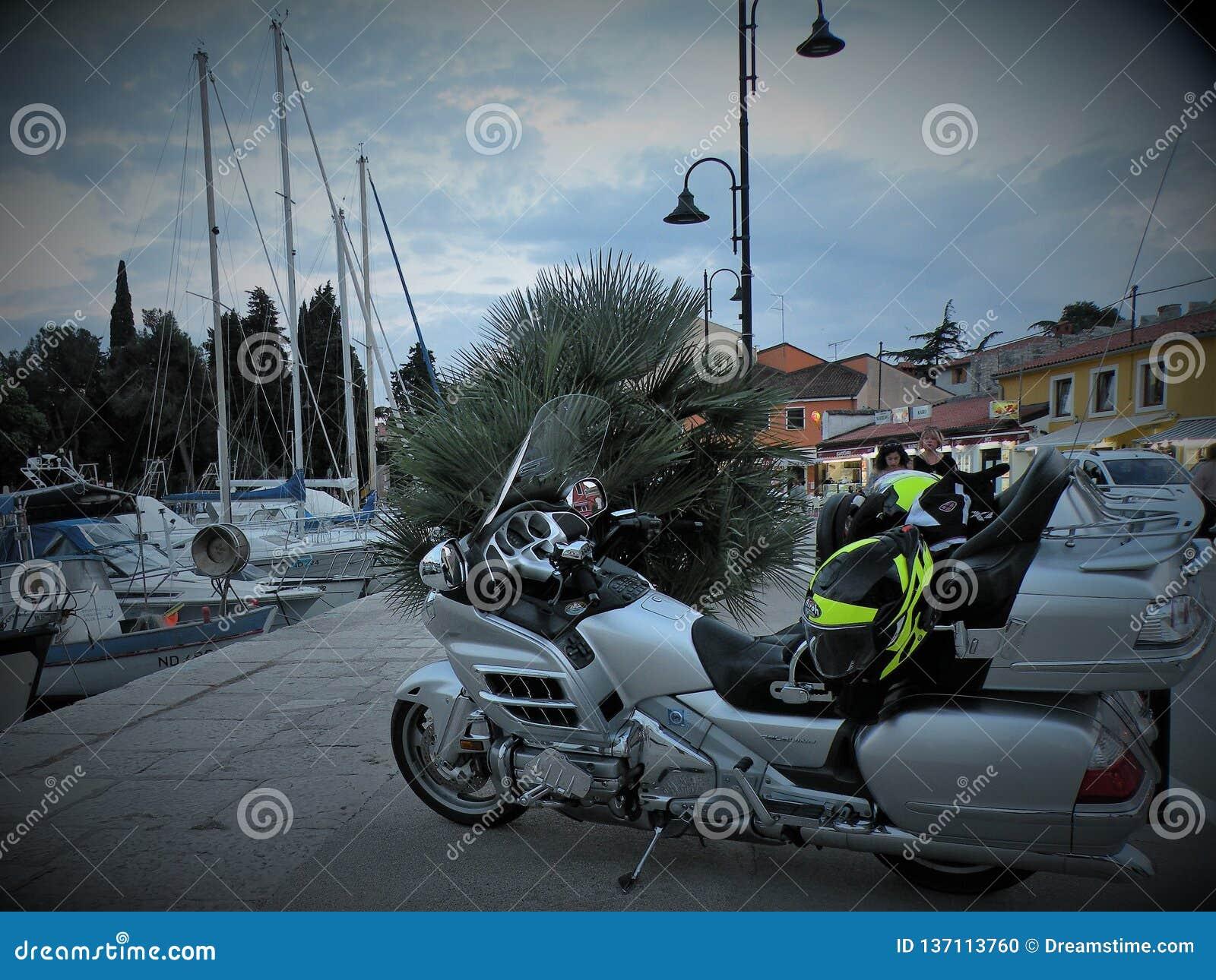 Moto d isolement Moteur lourd, une moto avec les lumières ouvertes, par la Mer Adriatique sur un pilier rocheux et carrelé au por