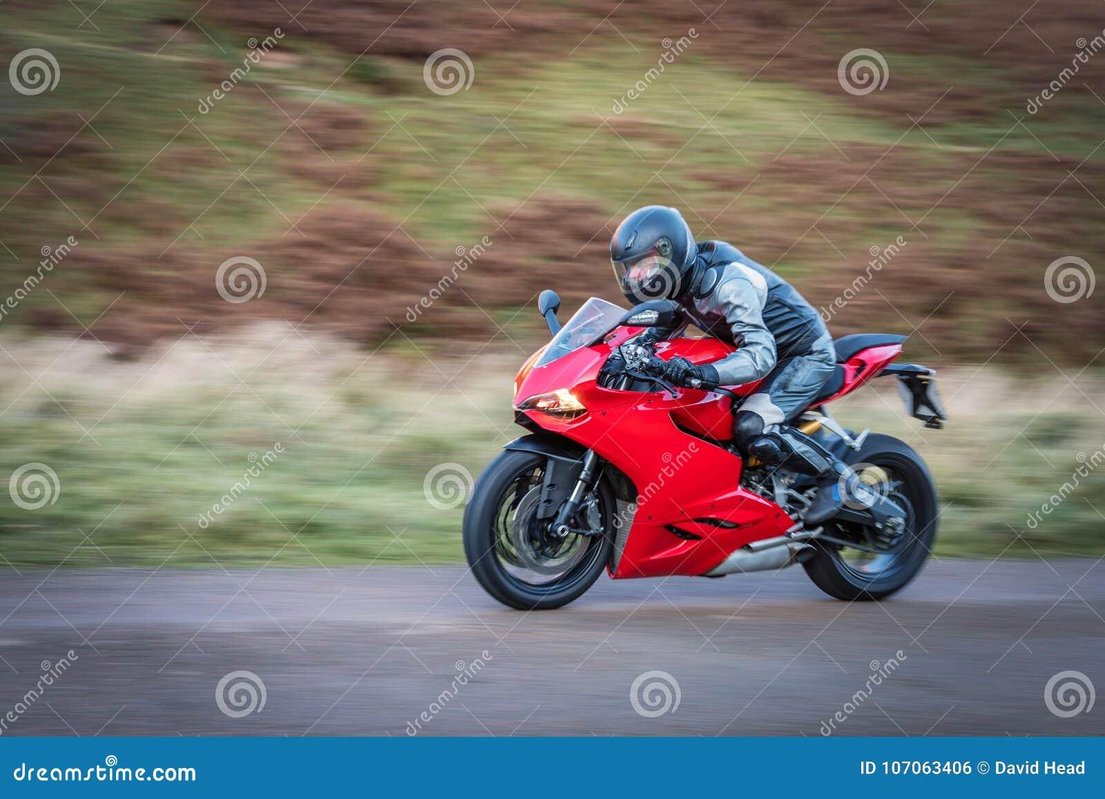 Moto de la toma panorámica a la velocidad