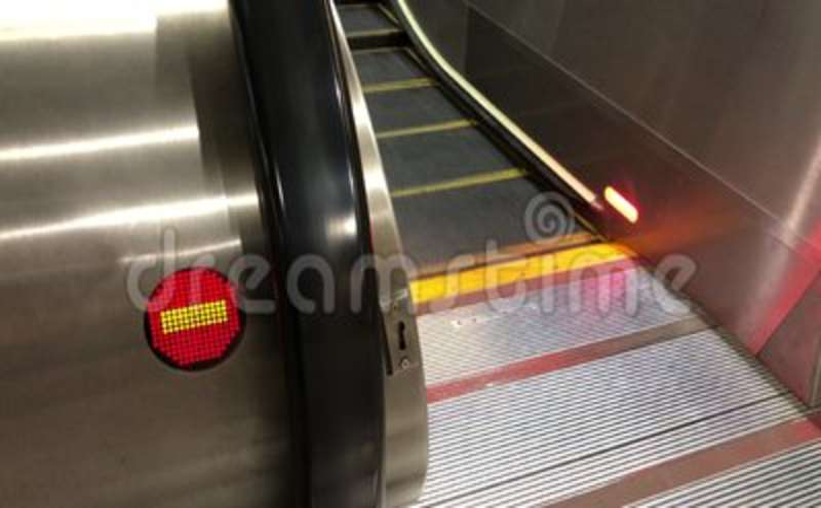 Moto del segno muoversi e di direzione sbagliata della scala mobile dentro il centro commerciale stock footage
