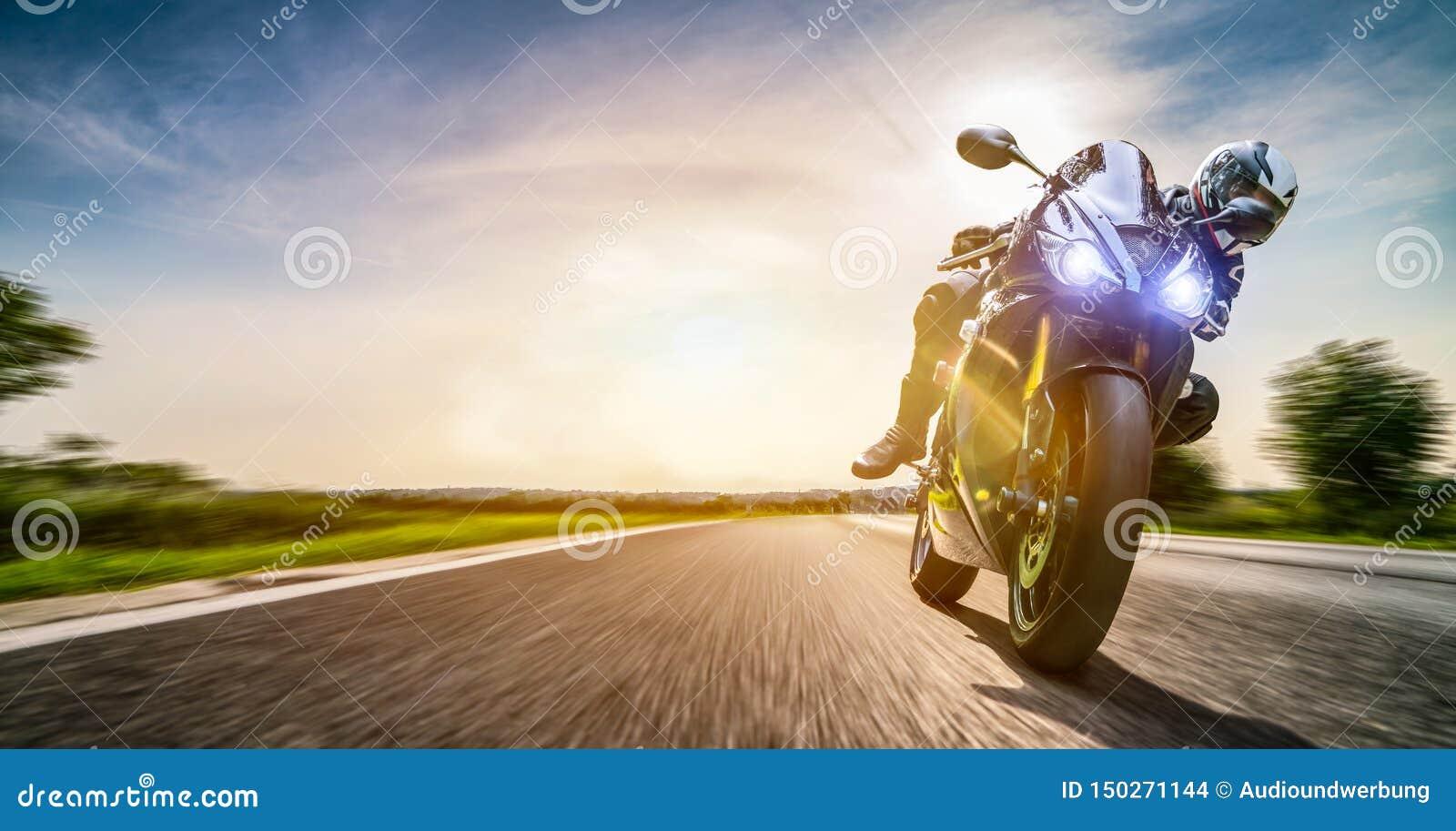Moto en el montar a caballo del camino divertirse que monta el camino vacío en un viaje/un viaje de la motocicleta