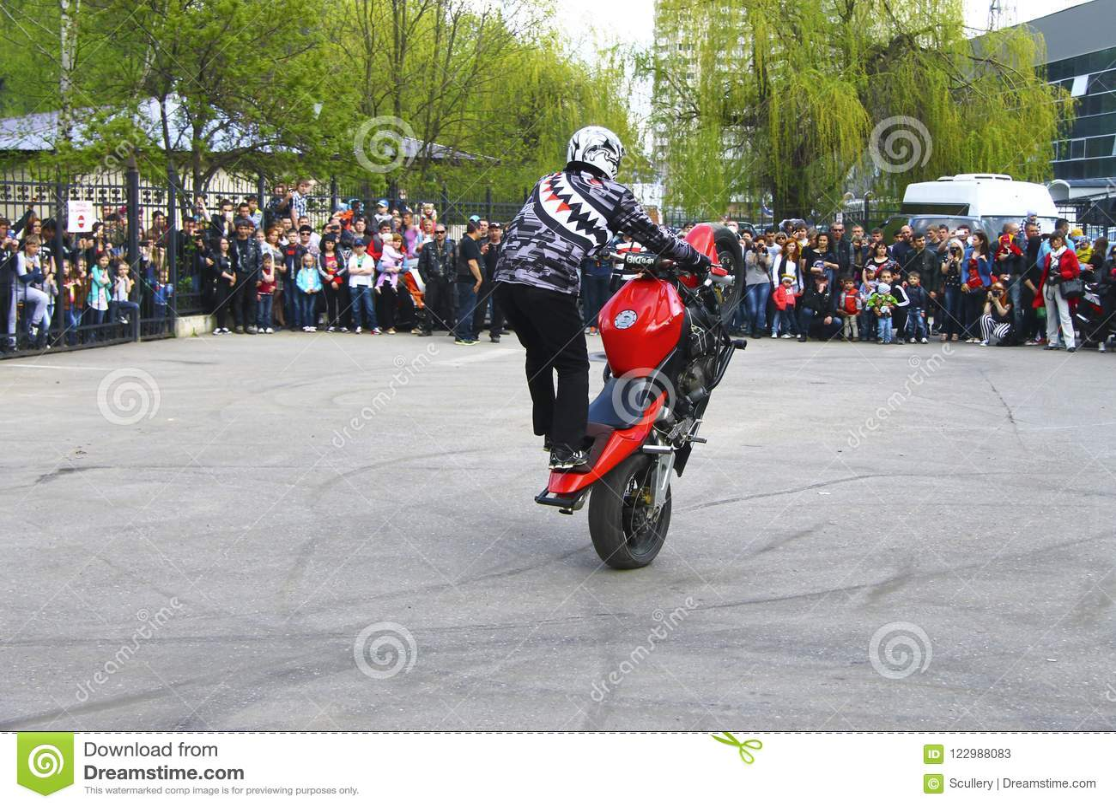 Motofree moto free style pilot stunting on the square - pyatigorsk russia