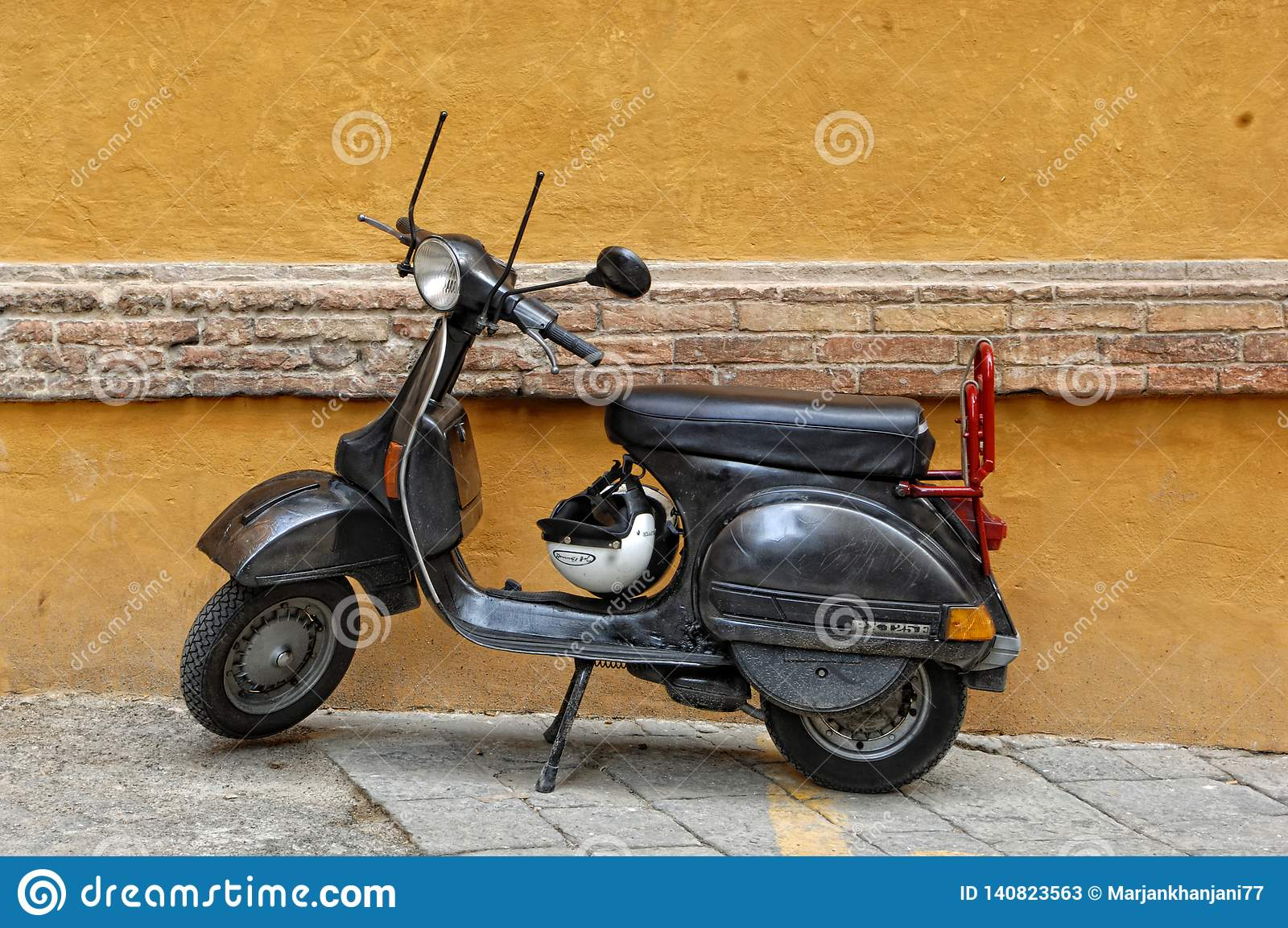 Moto negra del Vespa en Siena, Italia