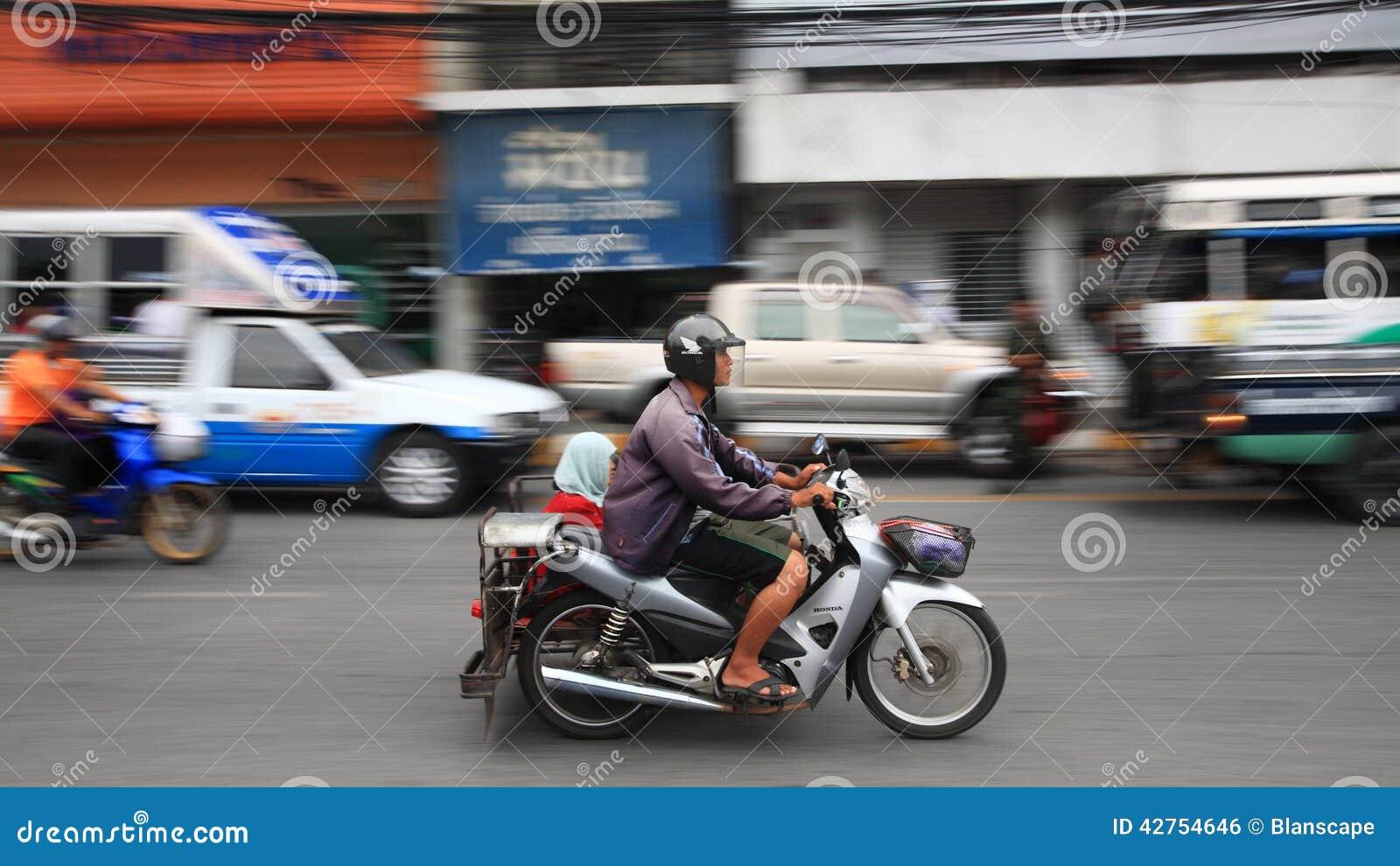moto non identifi e d 39 quitation de famille en ville photo ditorial image 42754646. Black Bedroom Furniture Sets. Home Design Ideas