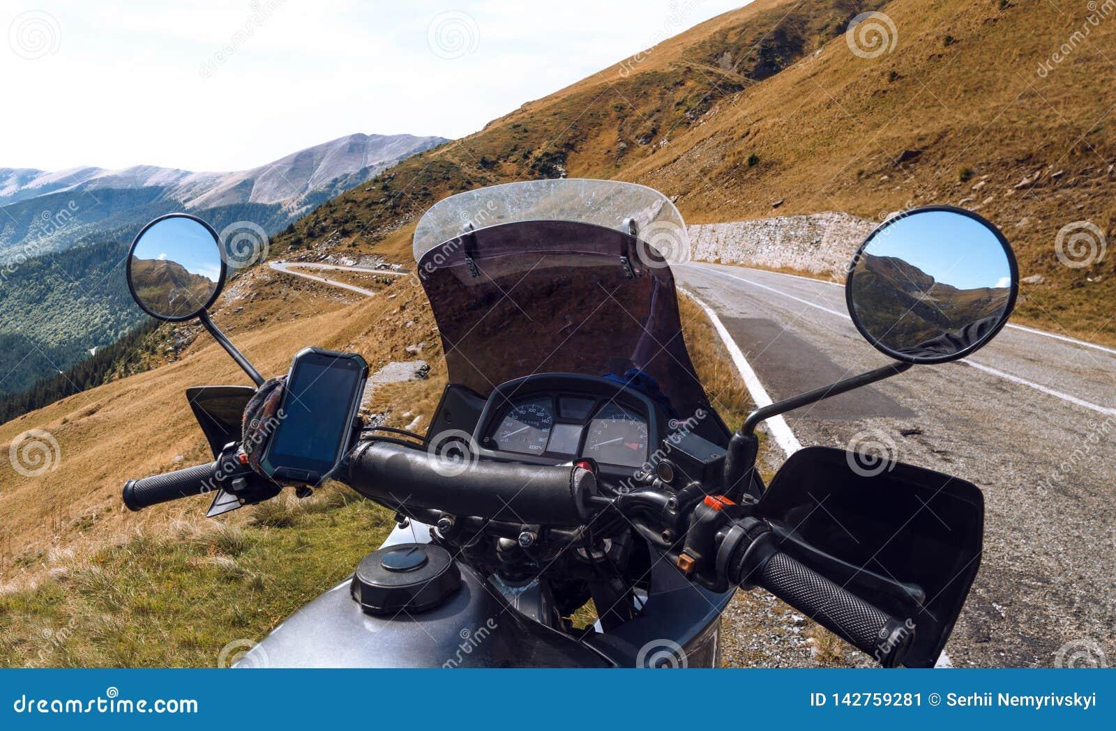 Moto touristique, volant Automne Dans le dessus des montagnes tourisme de moto et concept de récréation Transfagarasan