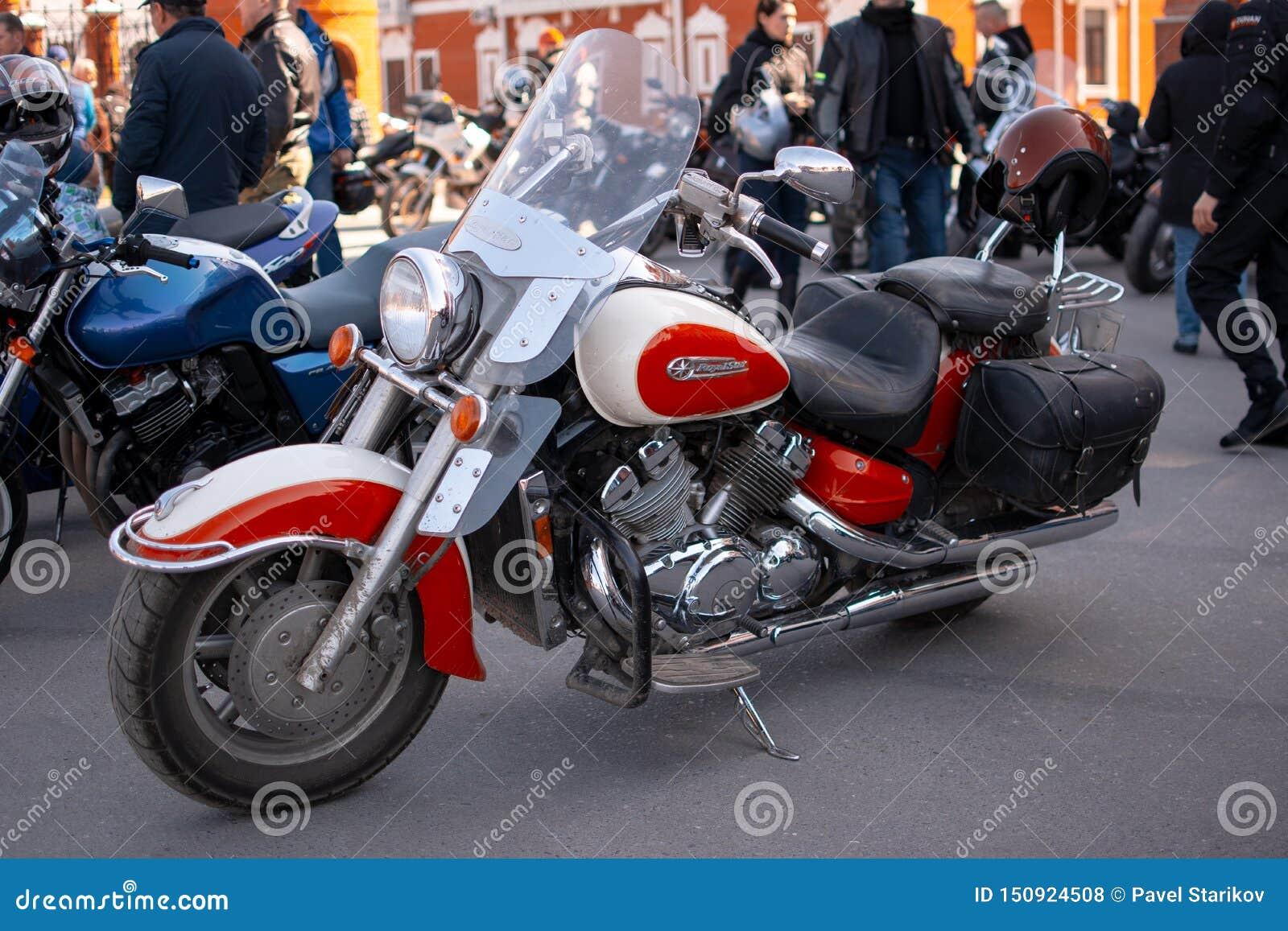 A motocicleta está no asfalto