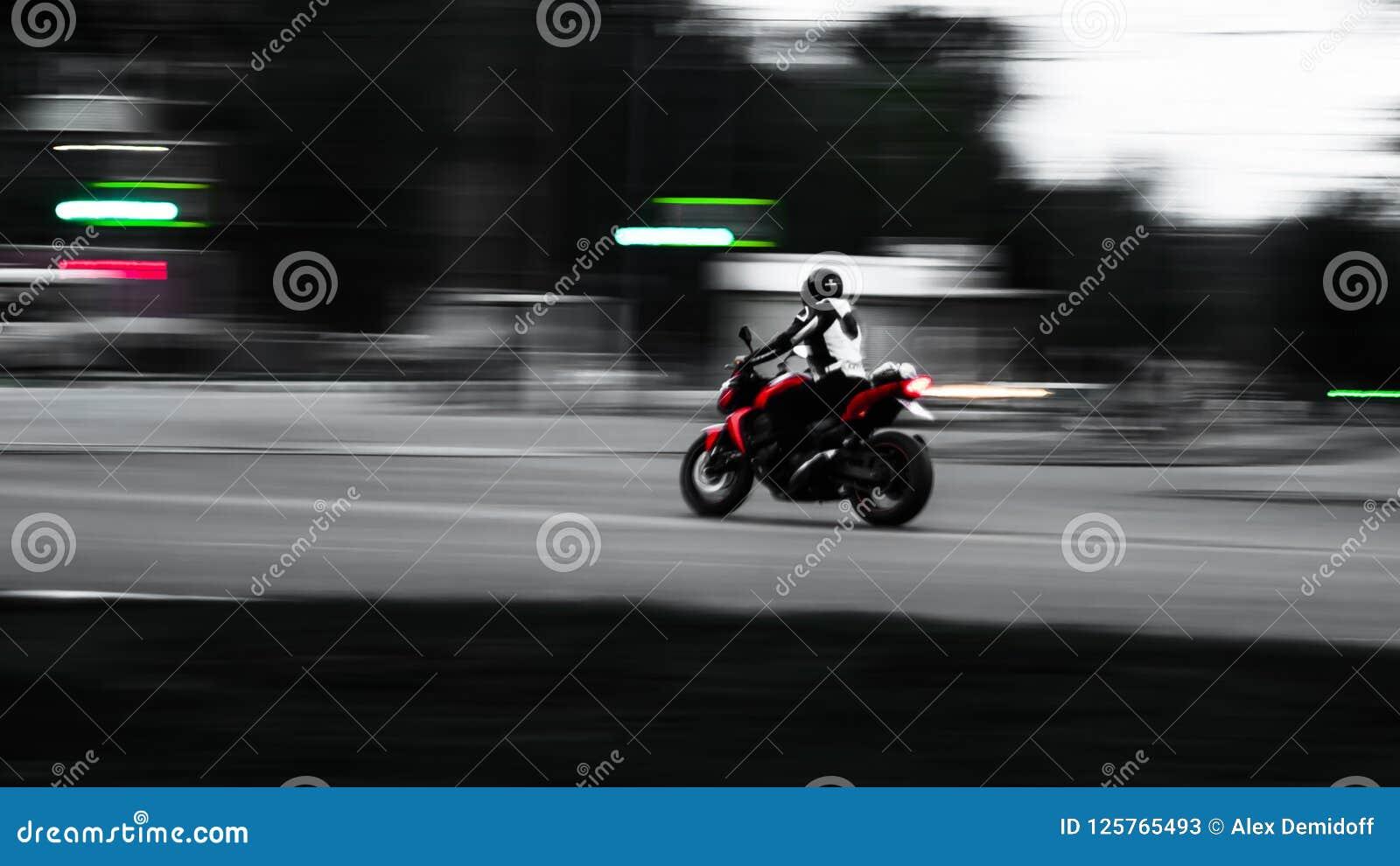 Motocicleta roja En el movimiento Foto con el cableado mínimo