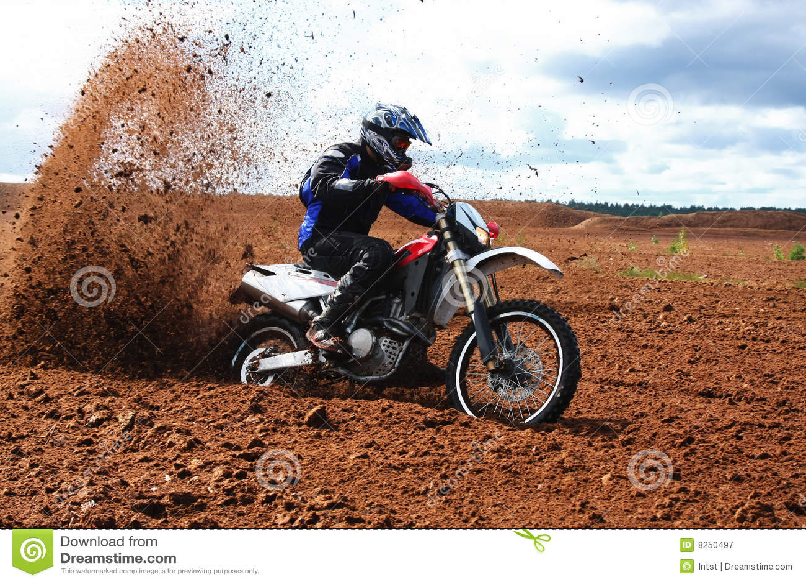 Motocicletta fuori strada che guida in sporcizia.