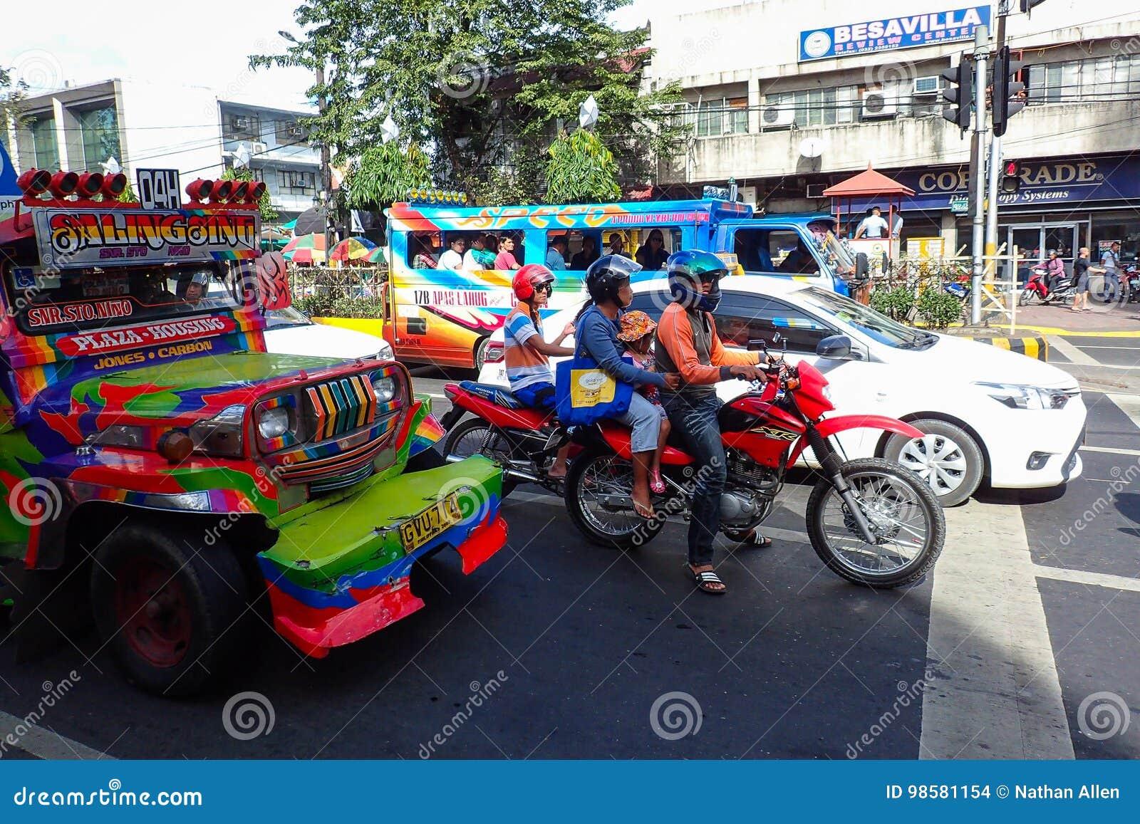 Motocicli e traffico di Jeepney a Cebu