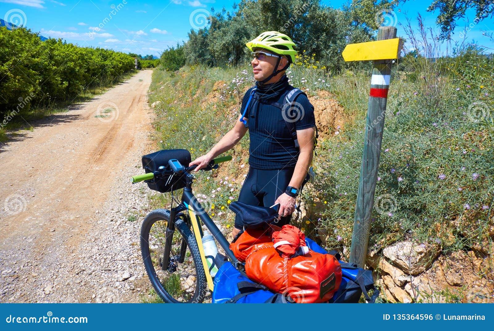Motociclista da Camino de Santiago in bicicletta