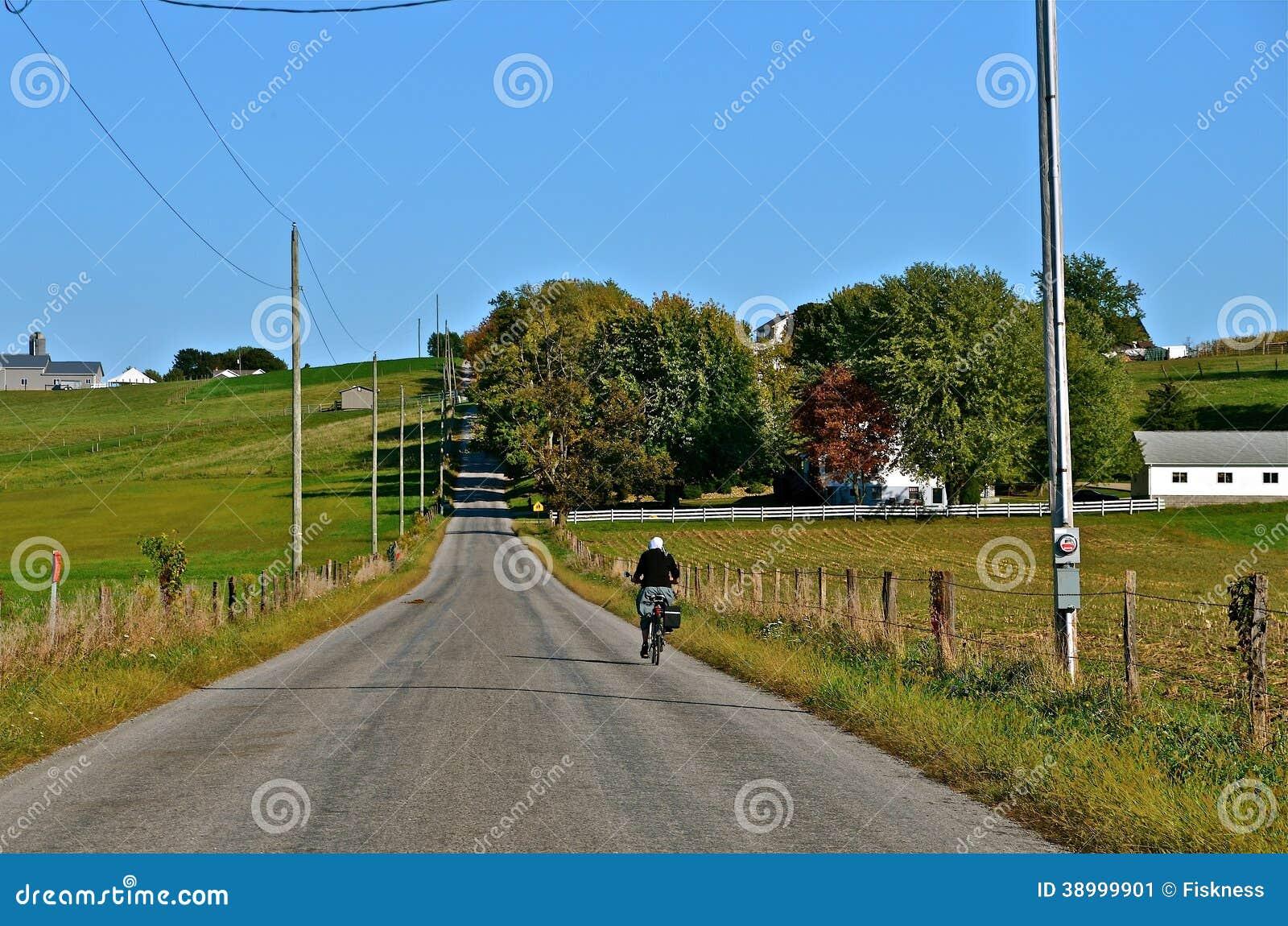 Motociclista de Amish na estrada