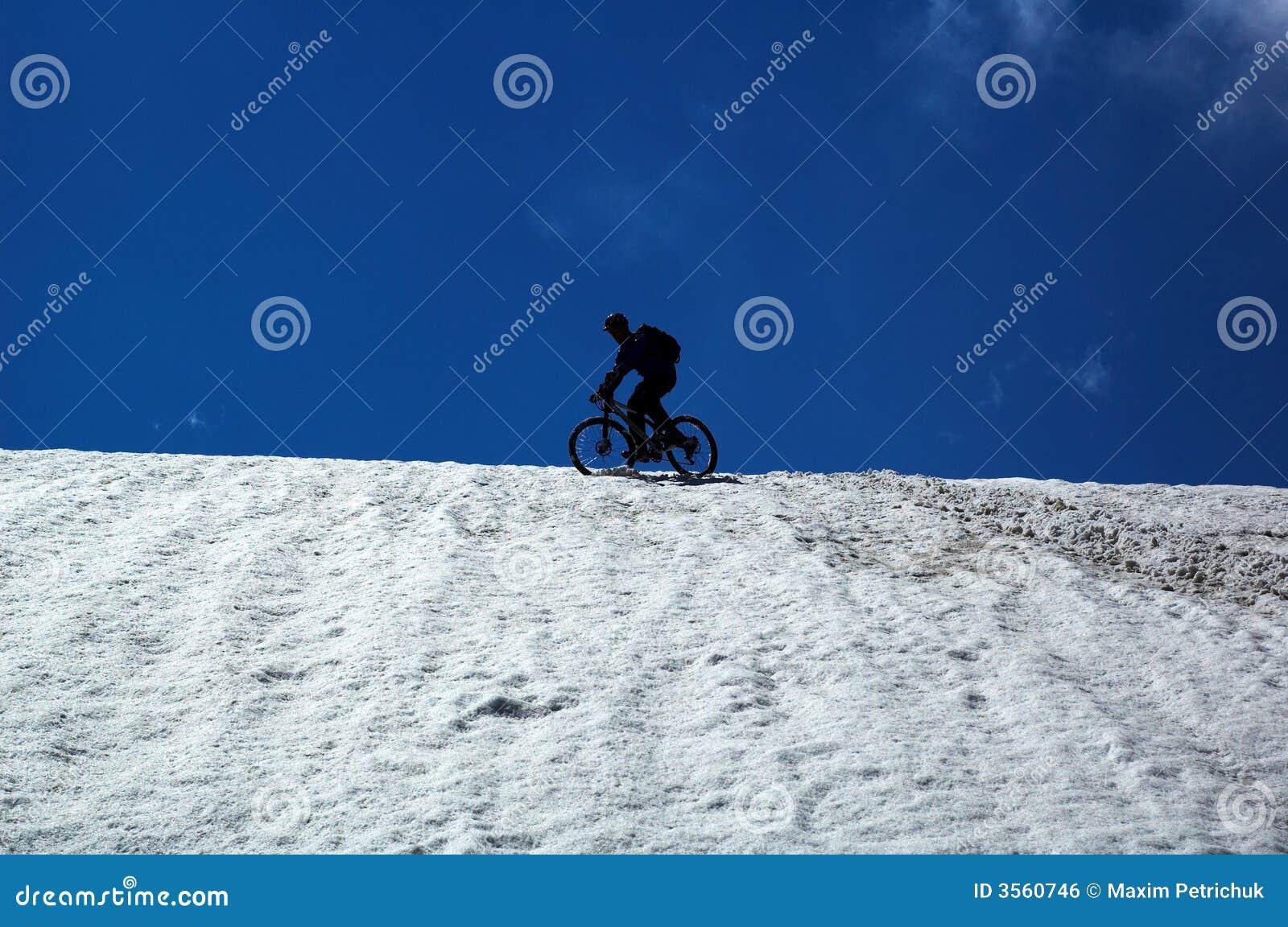 Motociclista del cielo, della neve e della montagna