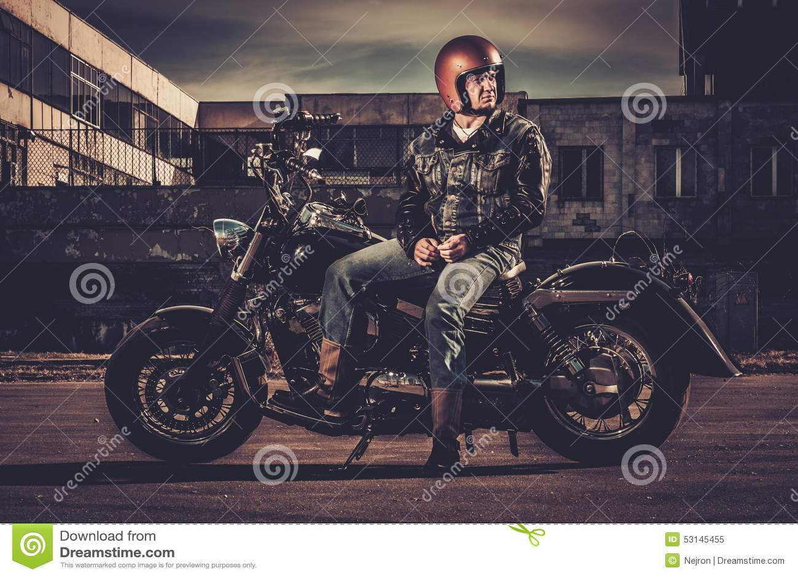 Motociclista e sua motocicleta do estilo do bobber