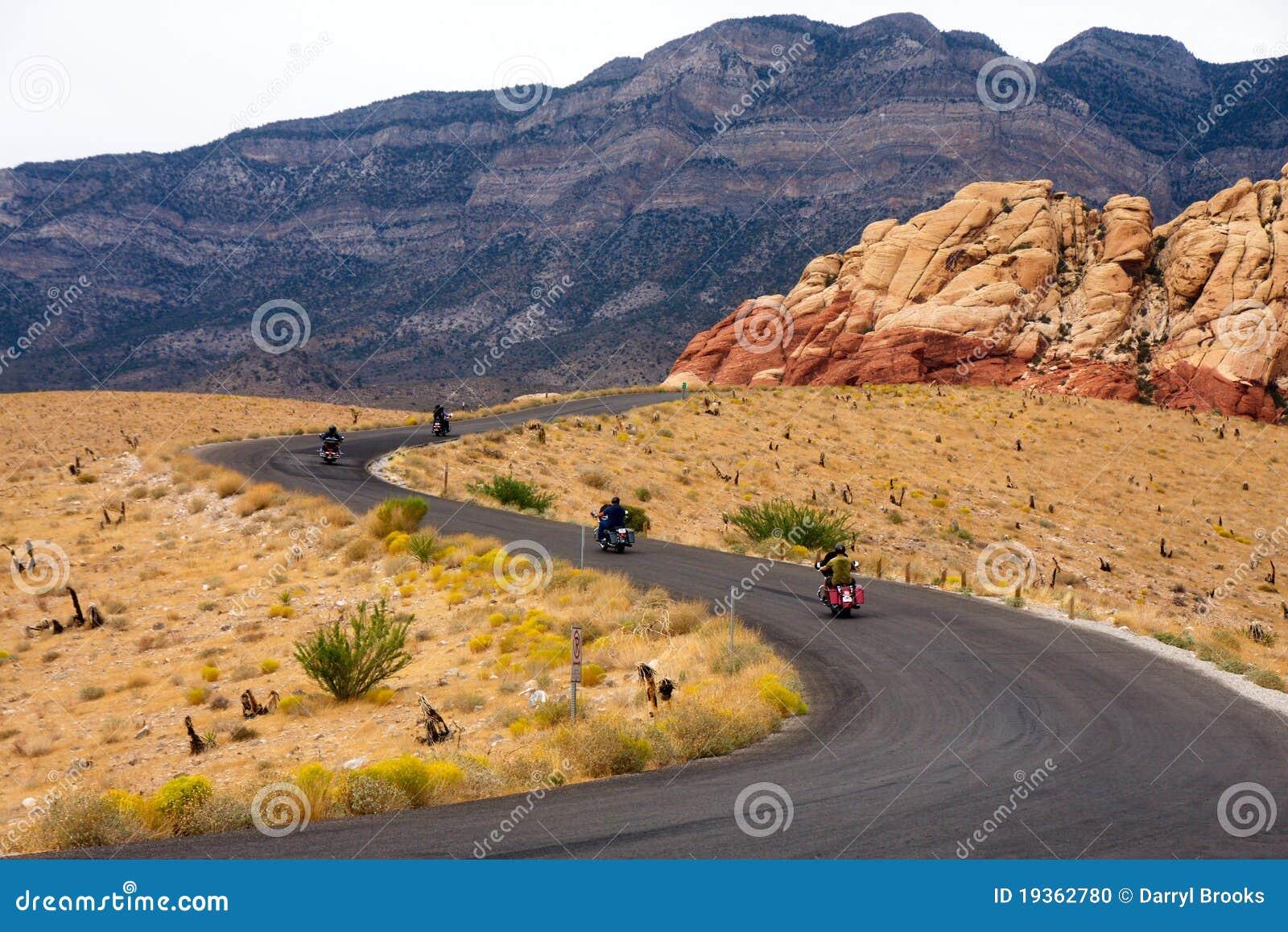 Motociclista em uma estrada do deserto
