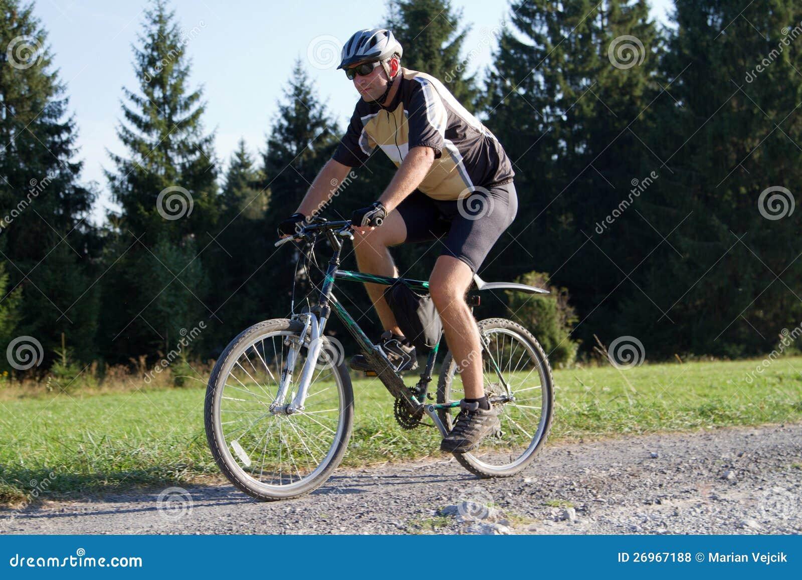 Motociclista na fuga da floresta