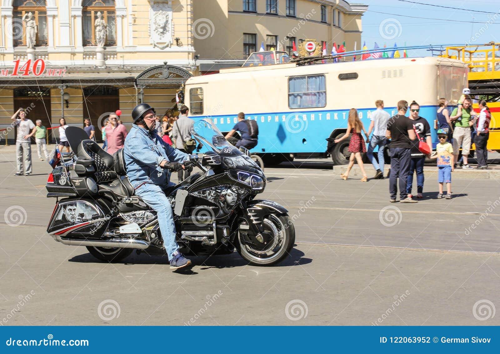 Motociclista su un motociclo con airbrushing