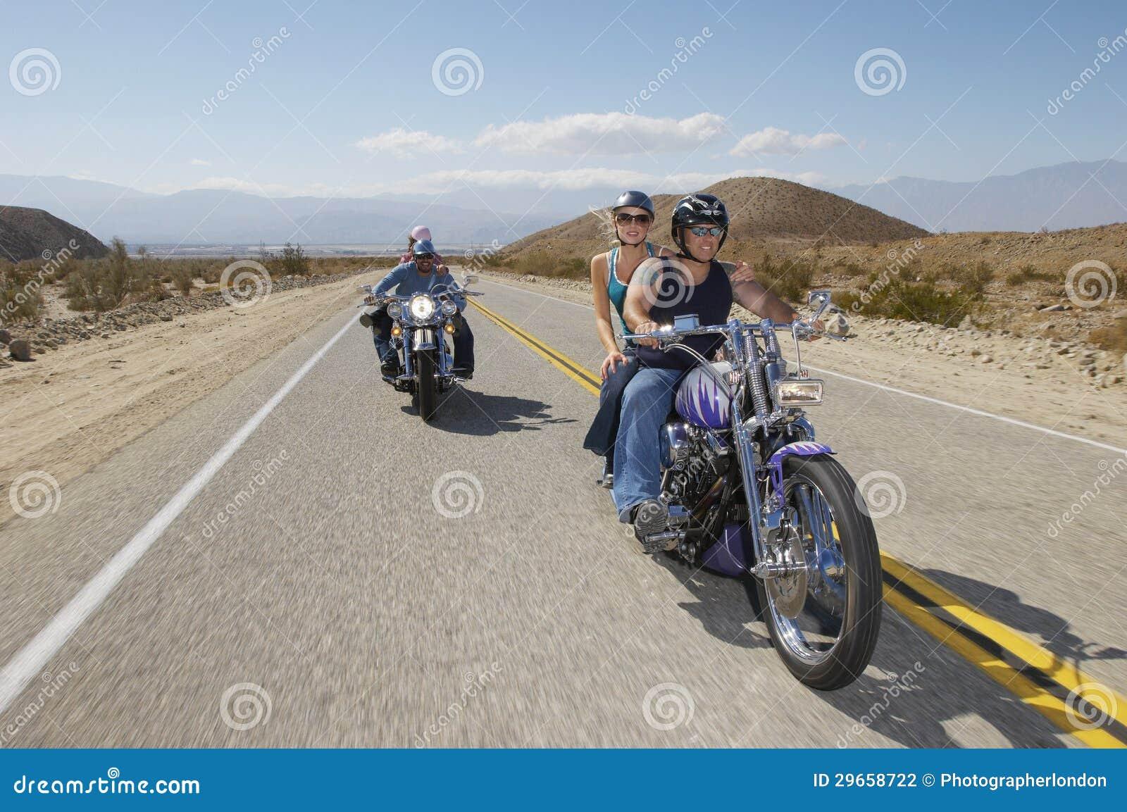 Motociclistas que montam na estrada secundária