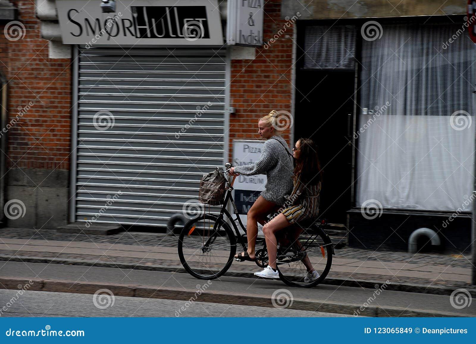 Motociclisti femminili a Copenhaghen Danimarca