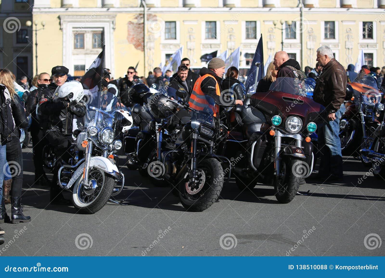 Motociclisti sul quadrato del palazzo prima della partenza della colonna