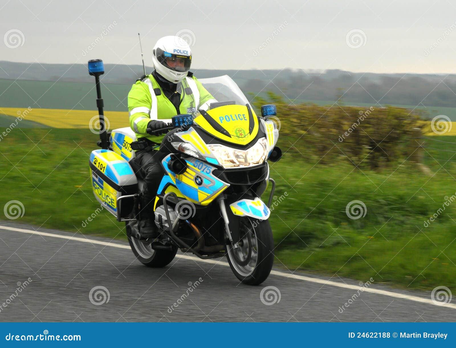 Motociclo della polizia a velocità