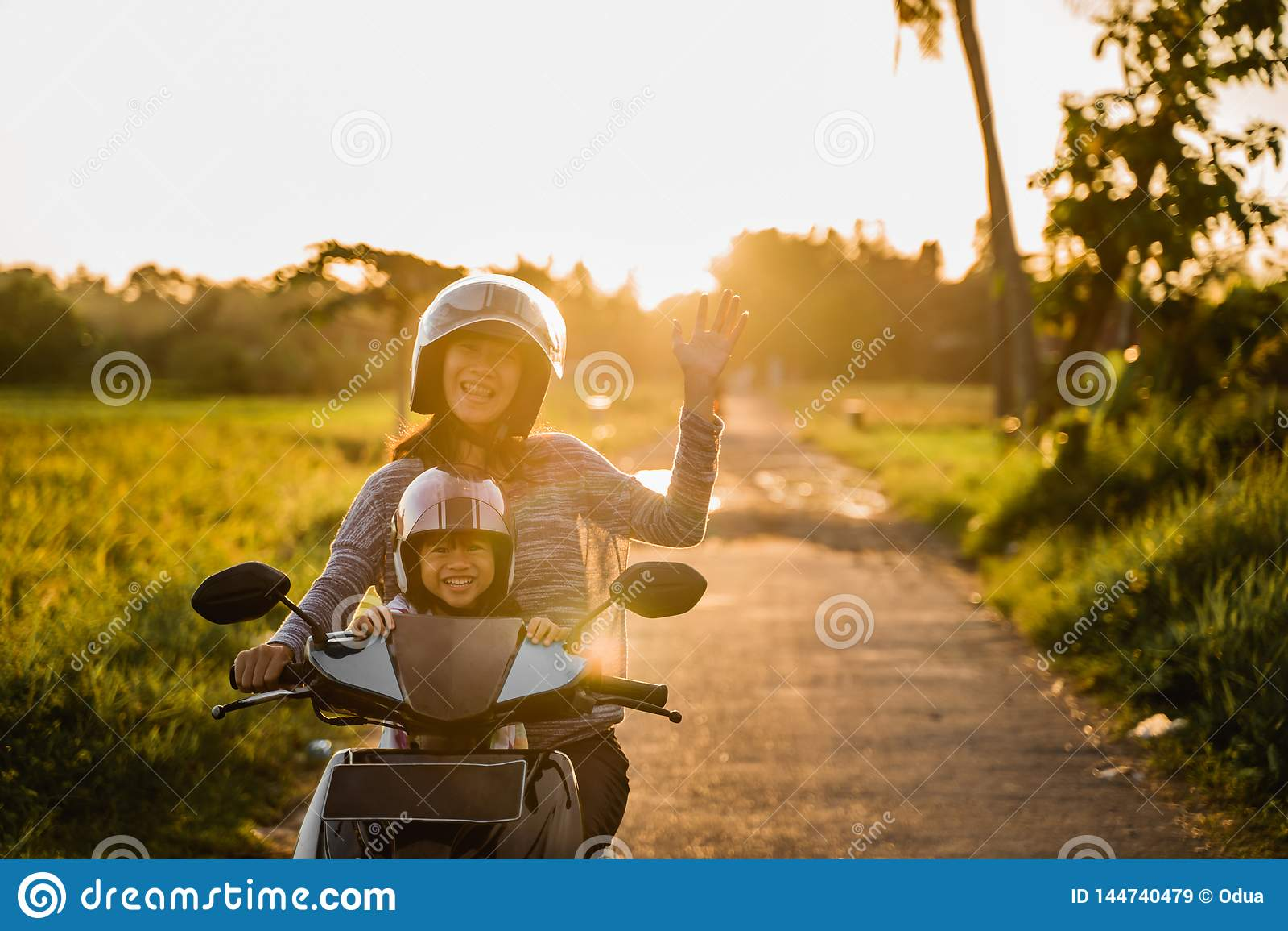 Motociclo di guida della madre con la figlia