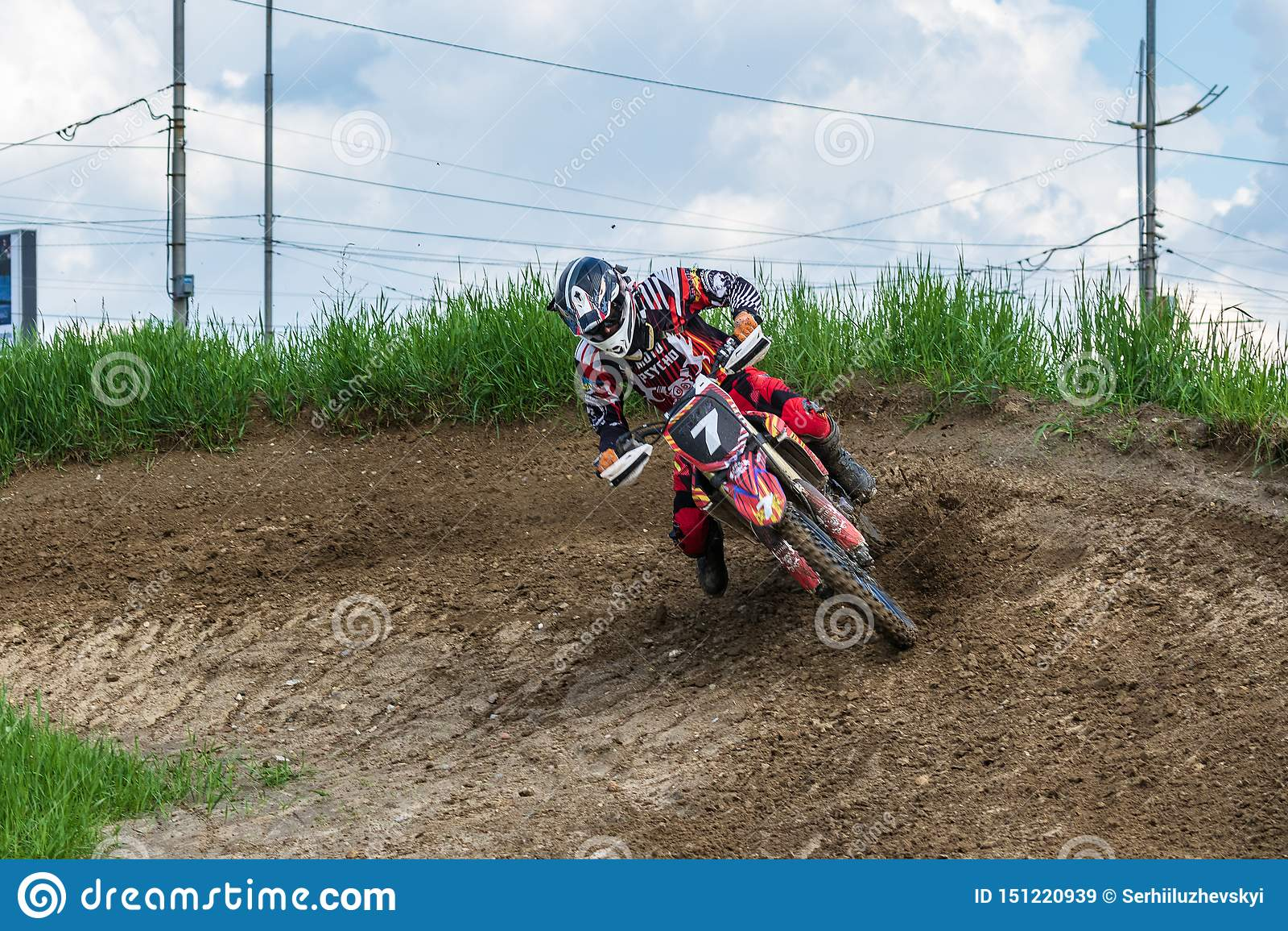 Motocross De motorrijder in een kromming sleept langs een landweg, vuilvliegen van onder de wielen mee Actieve extreme rust