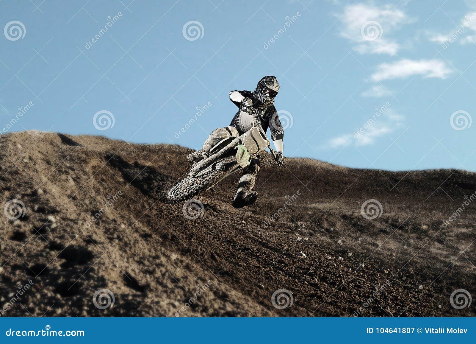 Download Motocrossruiter Op Rasspoor Stock Afbeelding - Afbeelding bestaande uit helm, kampioenschap: 104641807