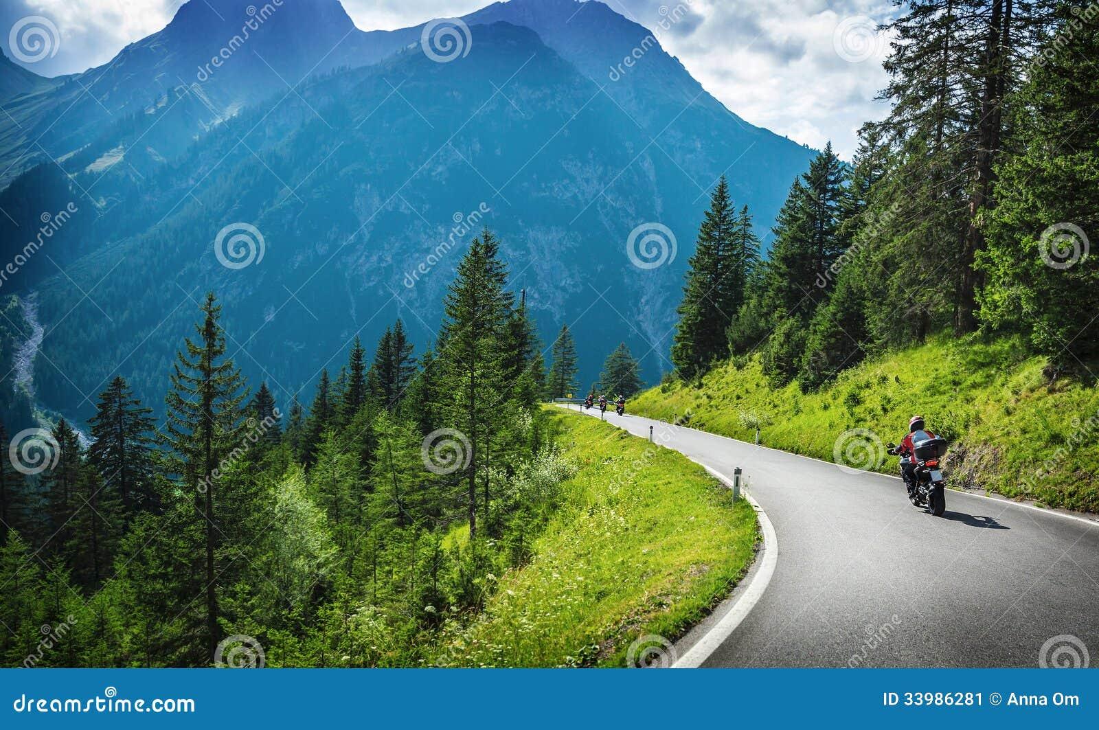 Motocyclistes dans le tourisme montagneux