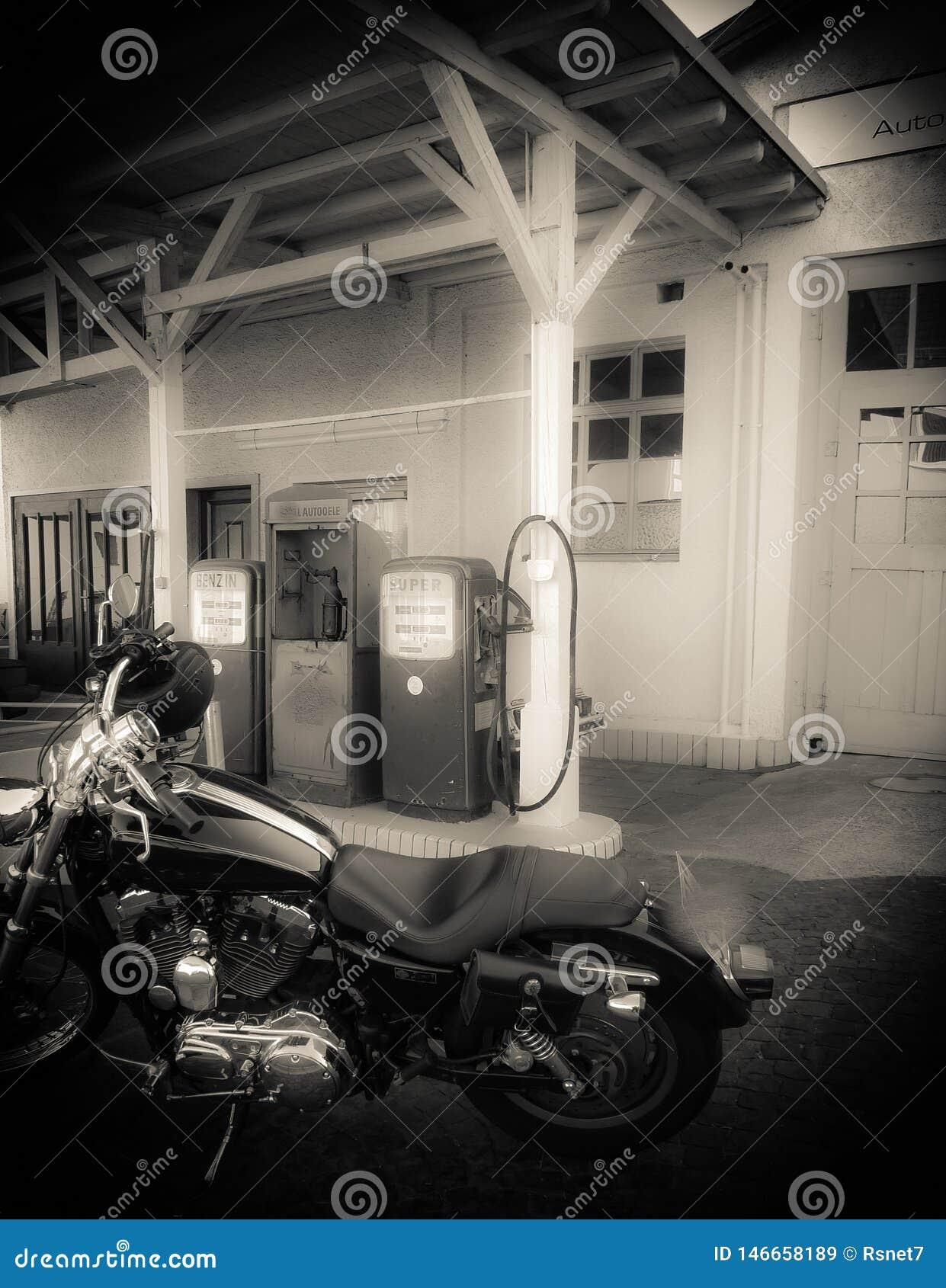 Motocykl przed starą benzynową stacją