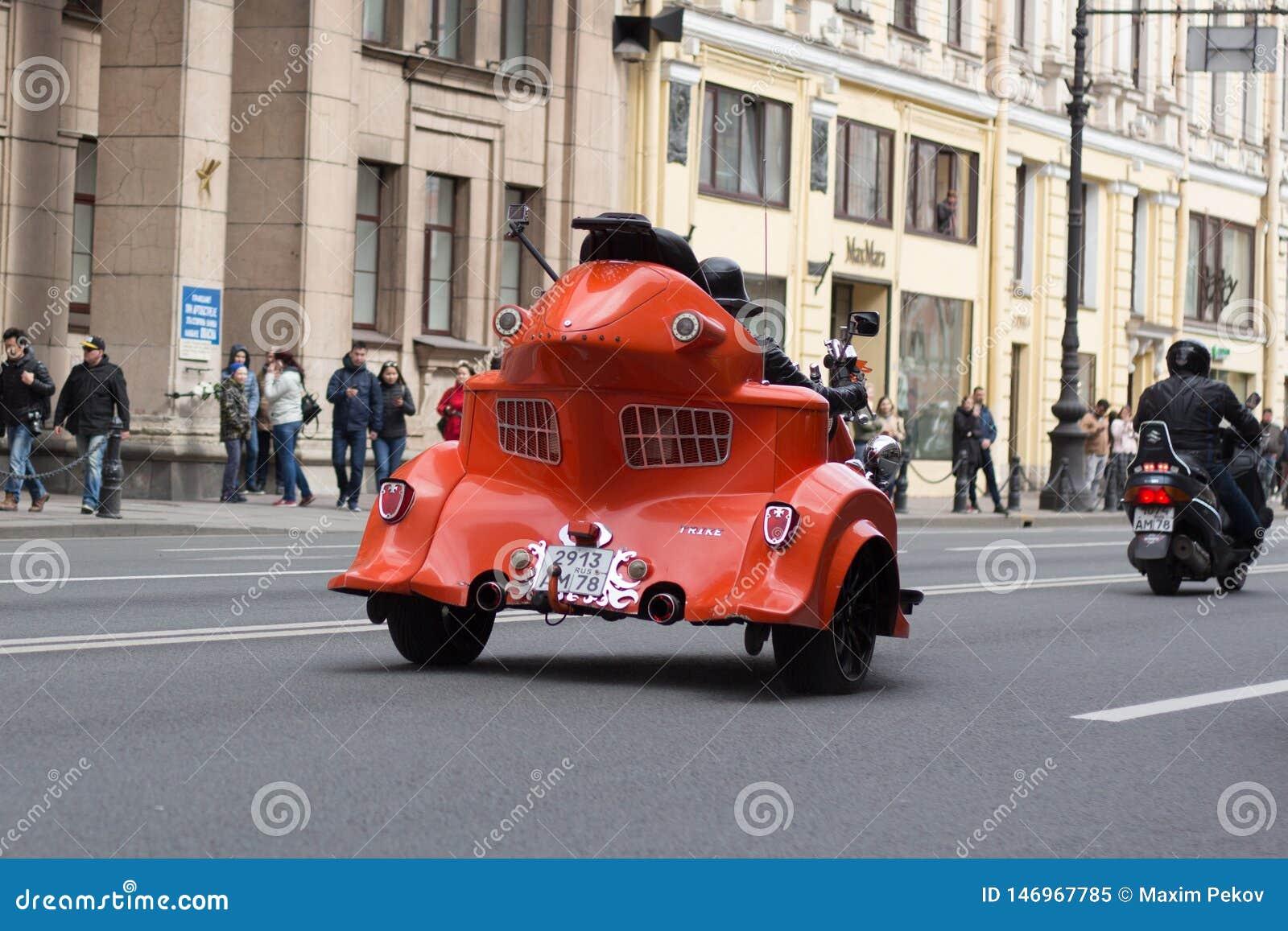 Motoparad De fietsers berijden op de hoofdstraat van St. Petersburg op steil en mooi