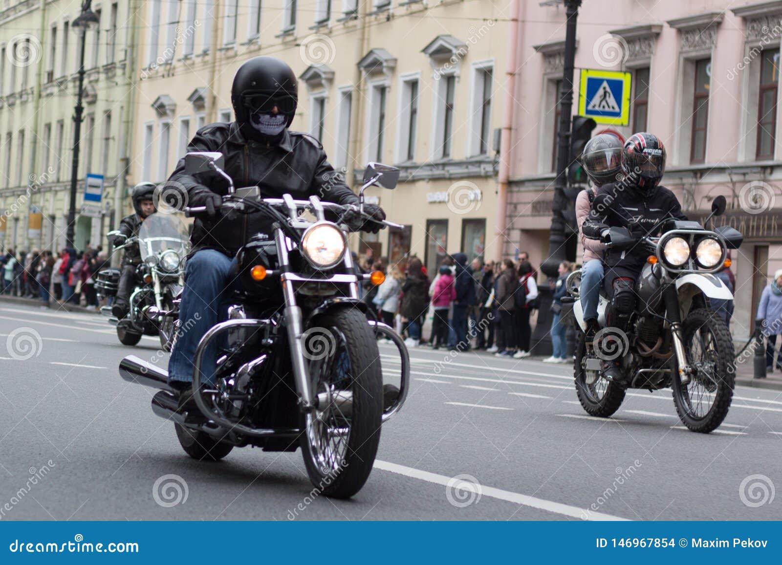 Motoparad Radfahrer fahren auf die Hauptstra?e von St Petersburg auf dem steilen und das sch?n