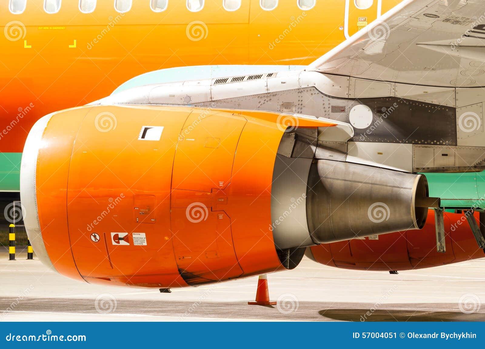 Motor av flygplanet som målas i apelsin Närbild