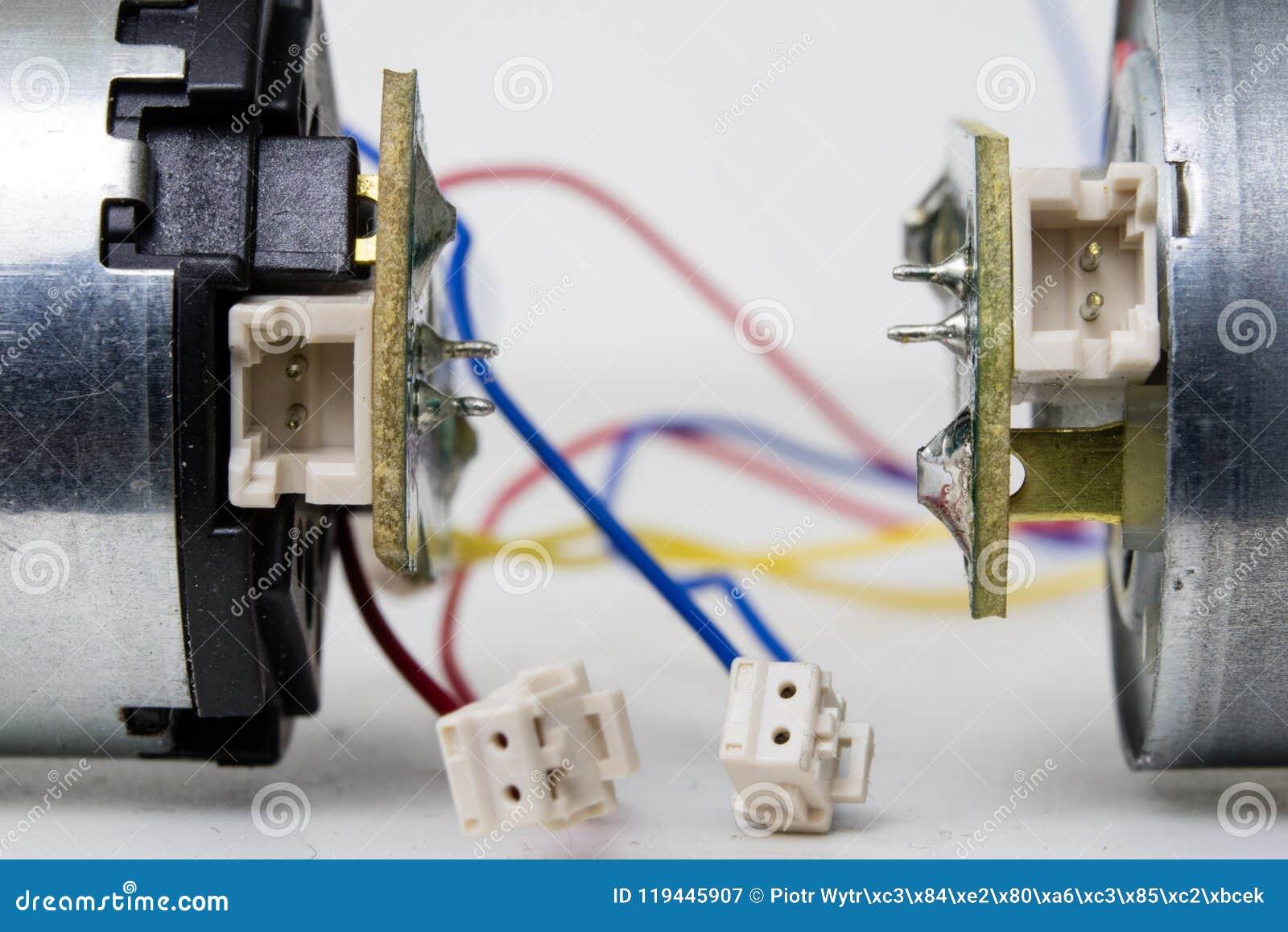 Motor bonde pequeno em uma tabela branca da oficina Movimentação elétrica u