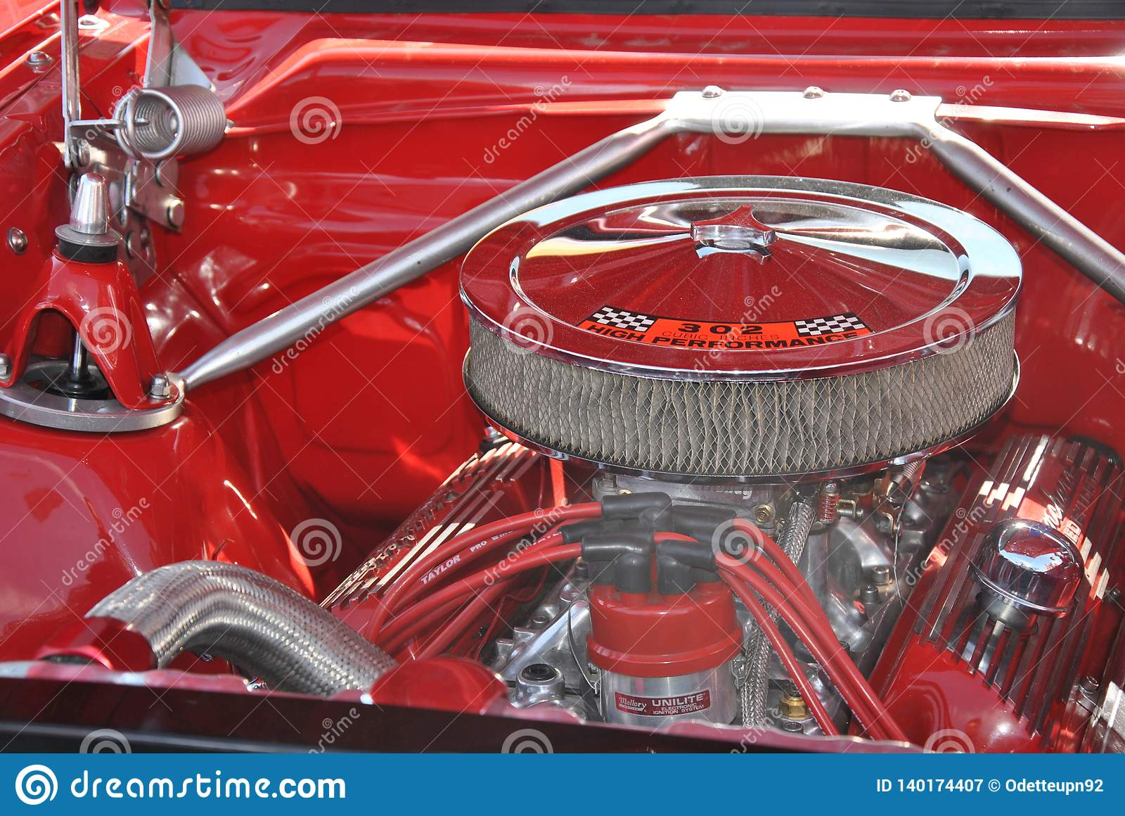 Motor cromado brilhante do caminhão vermelho velho