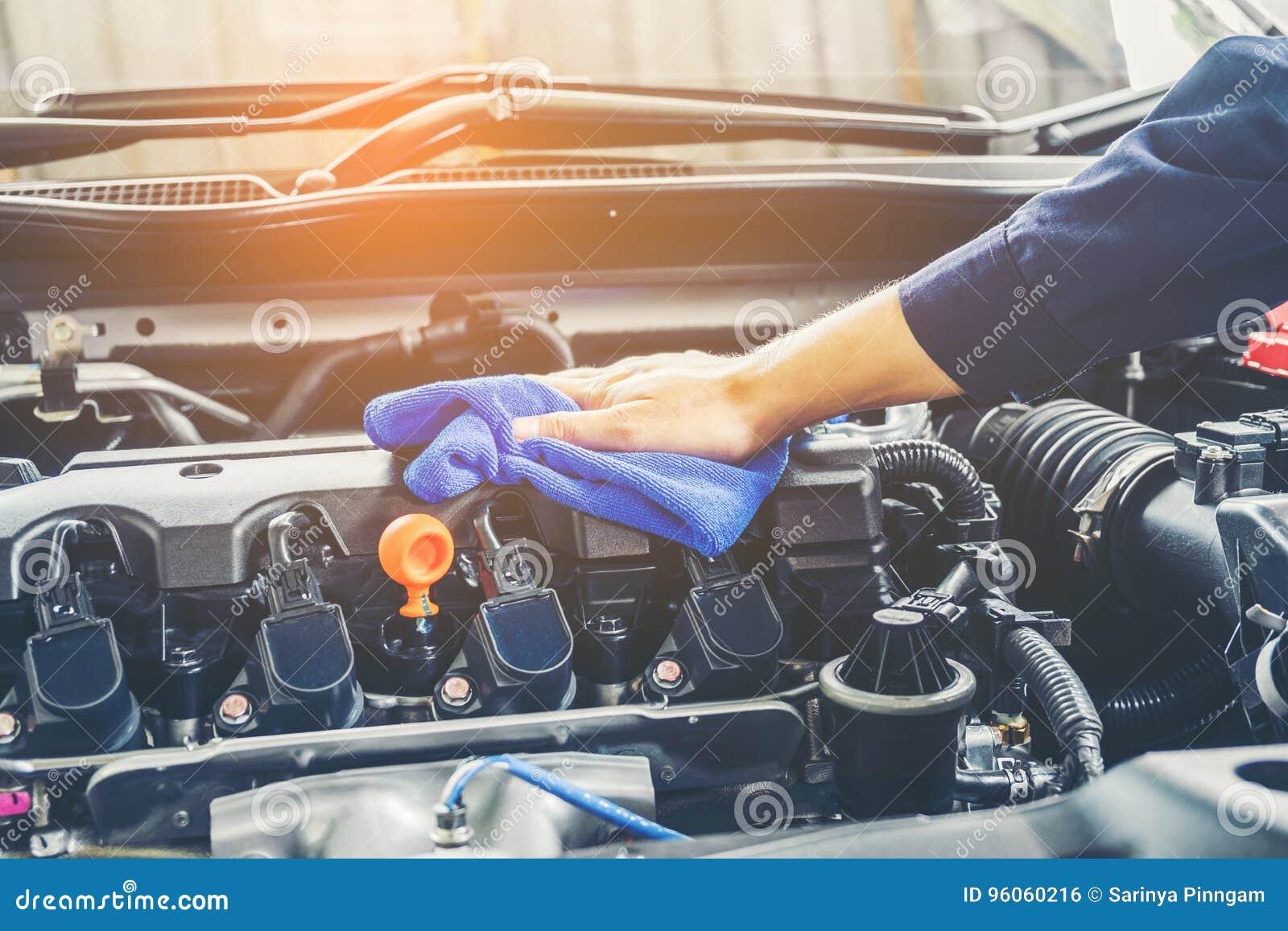 Motor de automóveis de detalhe da limpeza da série do carro