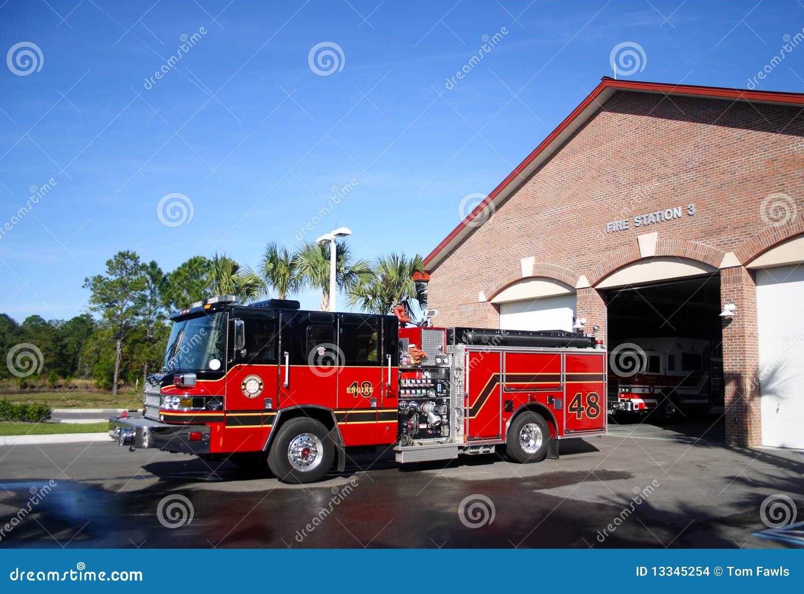 Motor de incêndio estacionado na frente da estação número 3