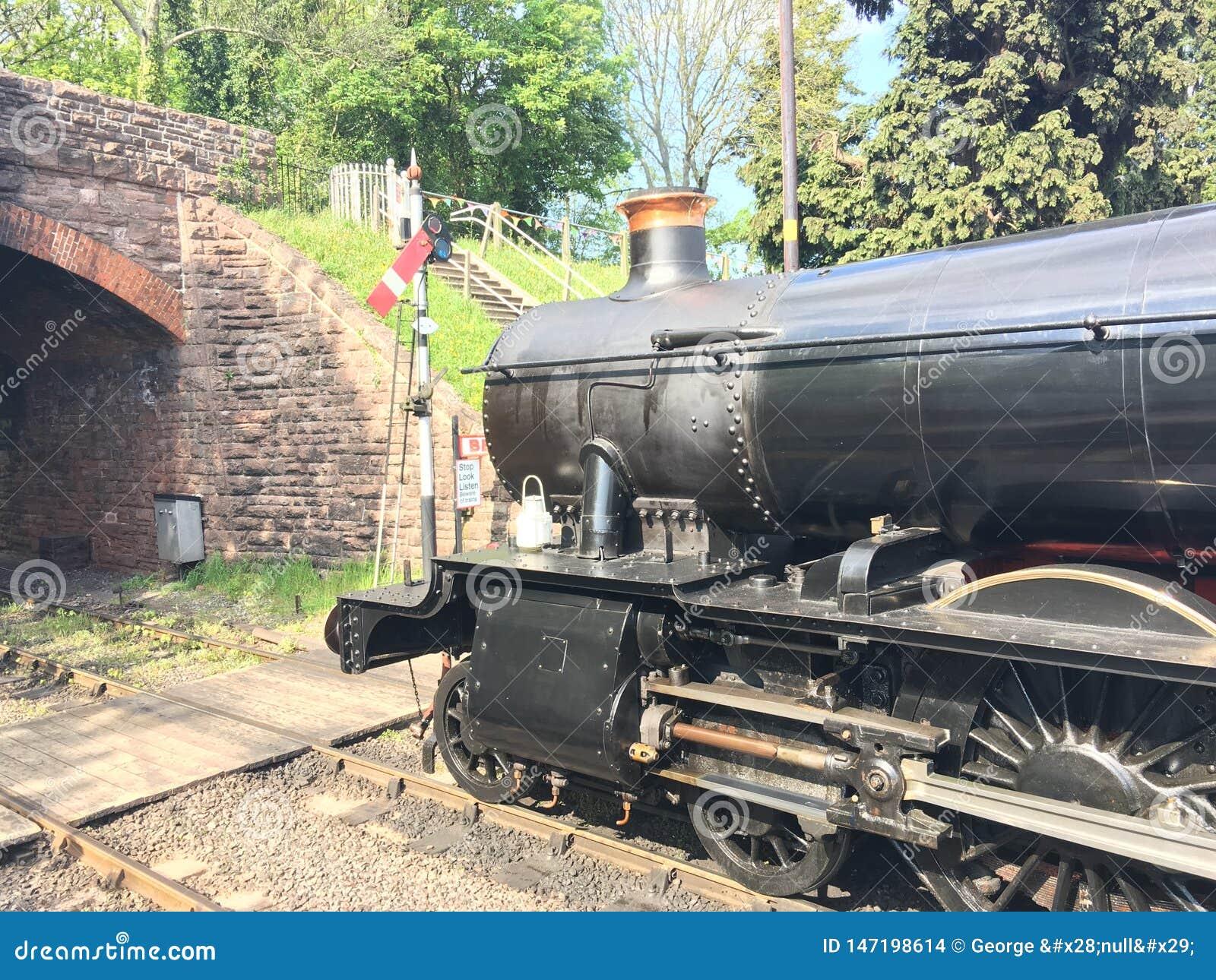 Motor de vapor que espera para dejar la estación