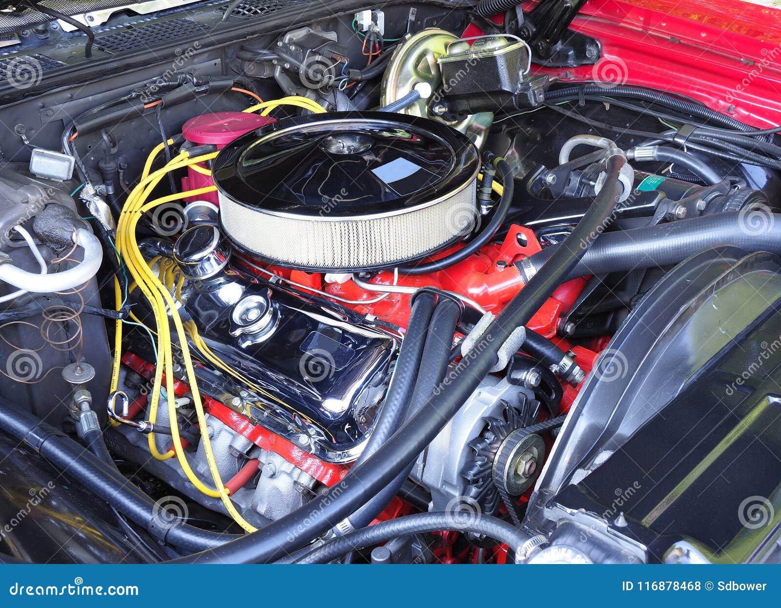 Motor restaurado de V8 em um 70s Car modelo americano