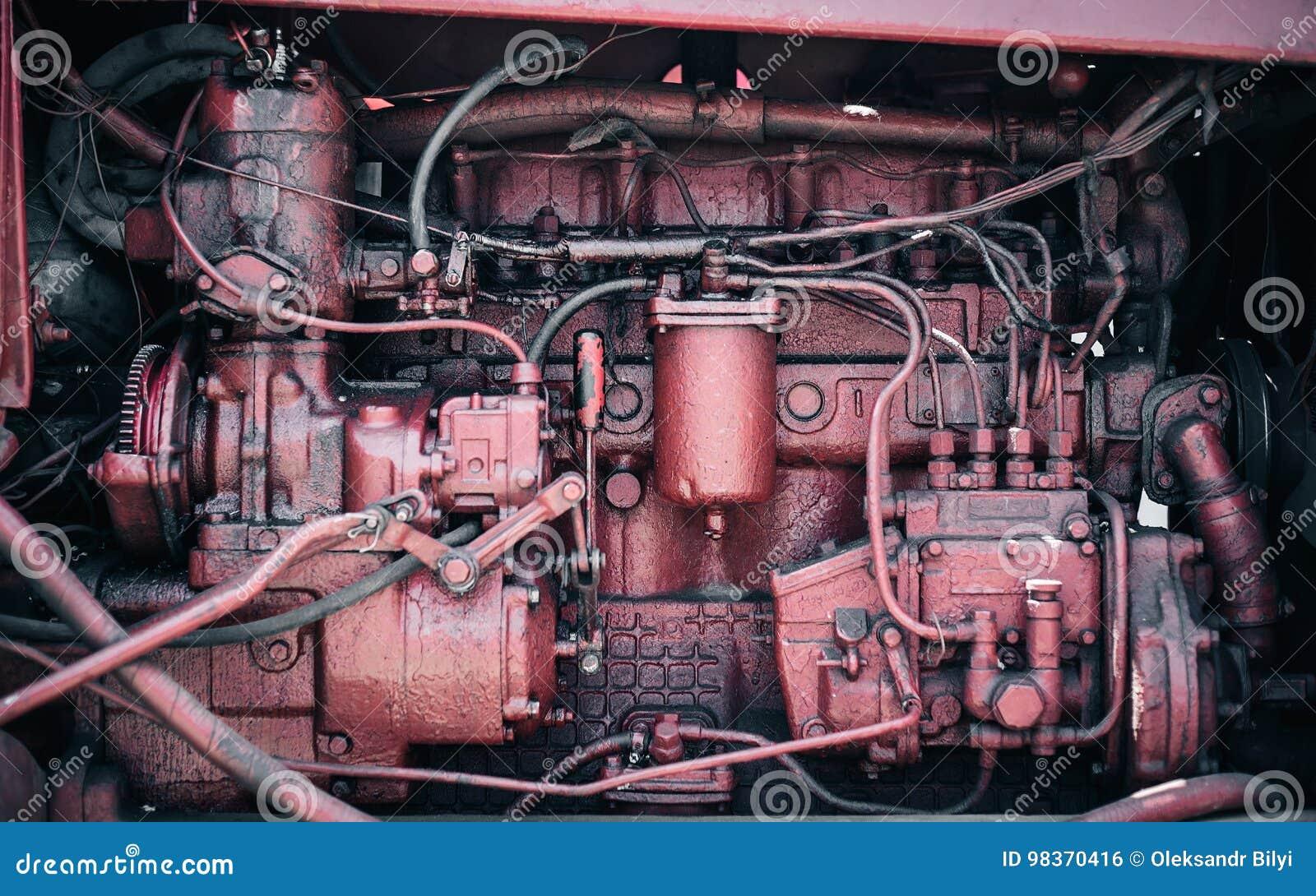 Motor rojo viejo con las porciones de piezas