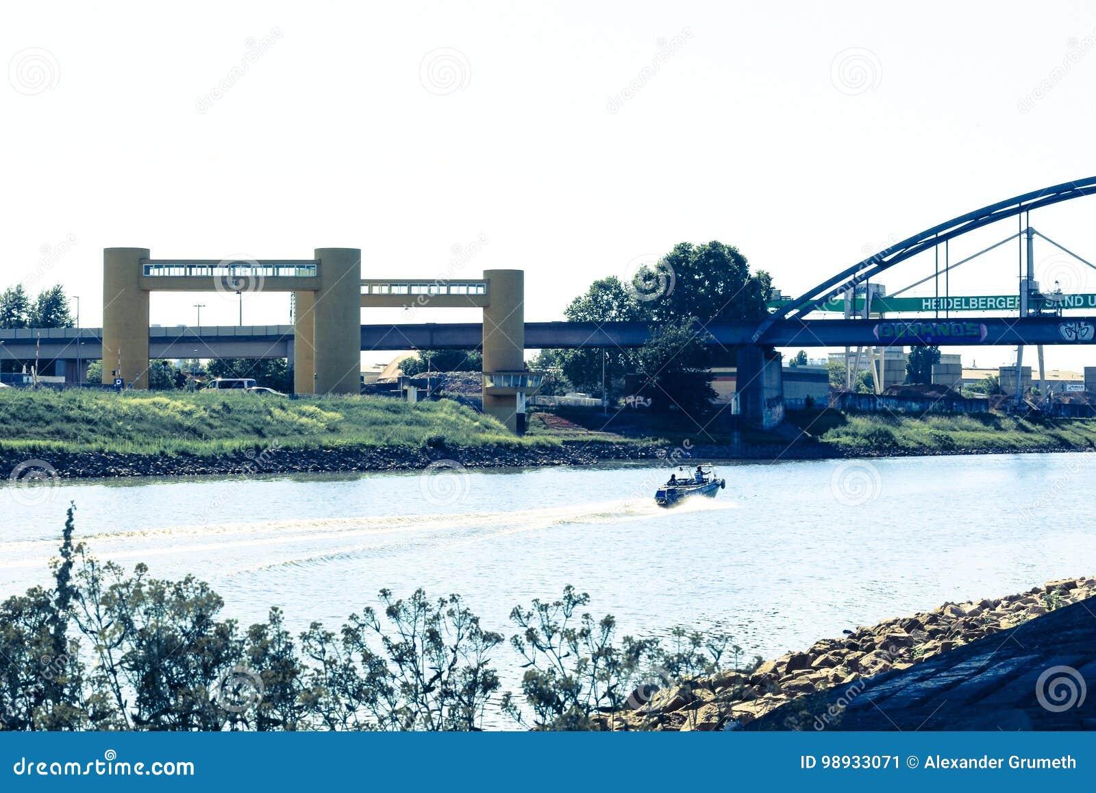Motorboat σε έναν ποταμό