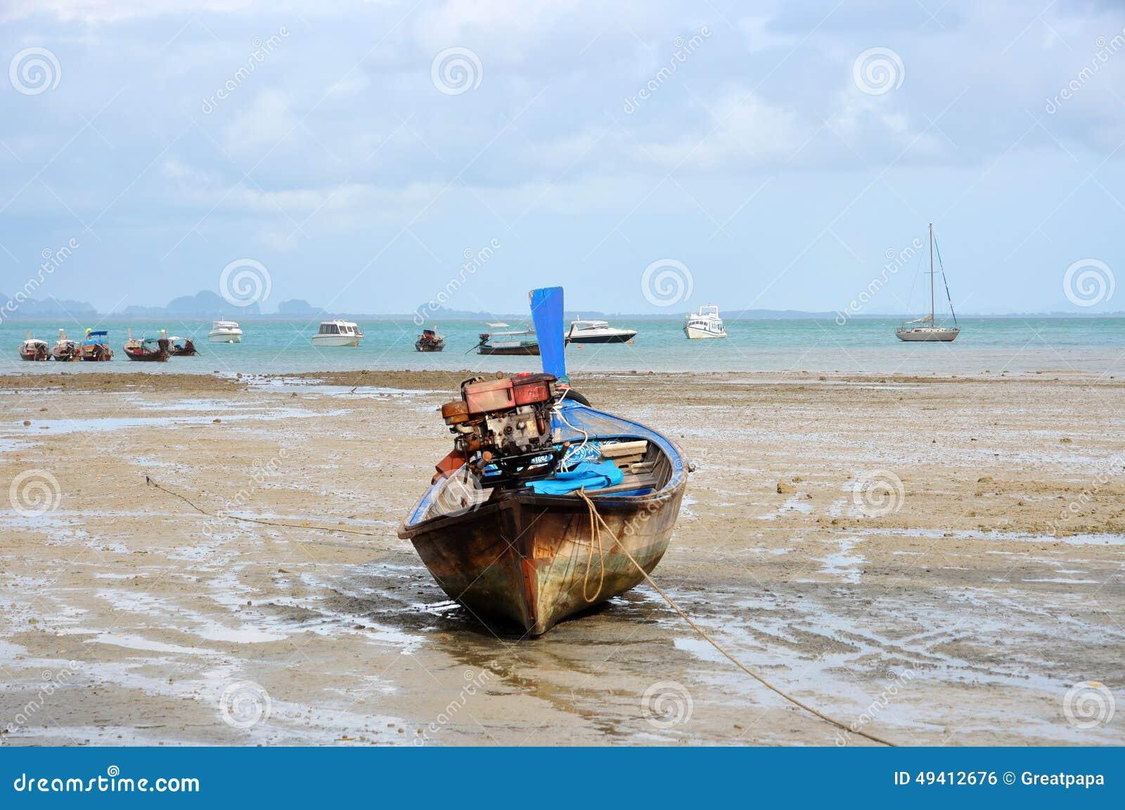 Download Motorboot auf dem Ufer stockfoto. Bild von boot, nave - 49412676