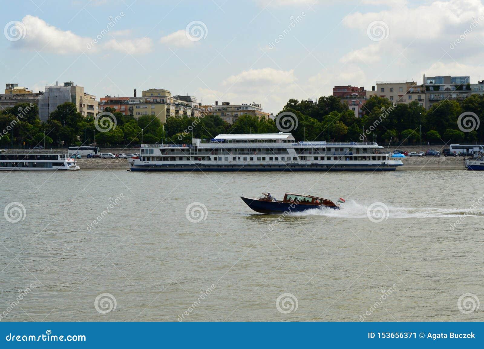 Motorboot auf der Donau, Budapest, Ungarn