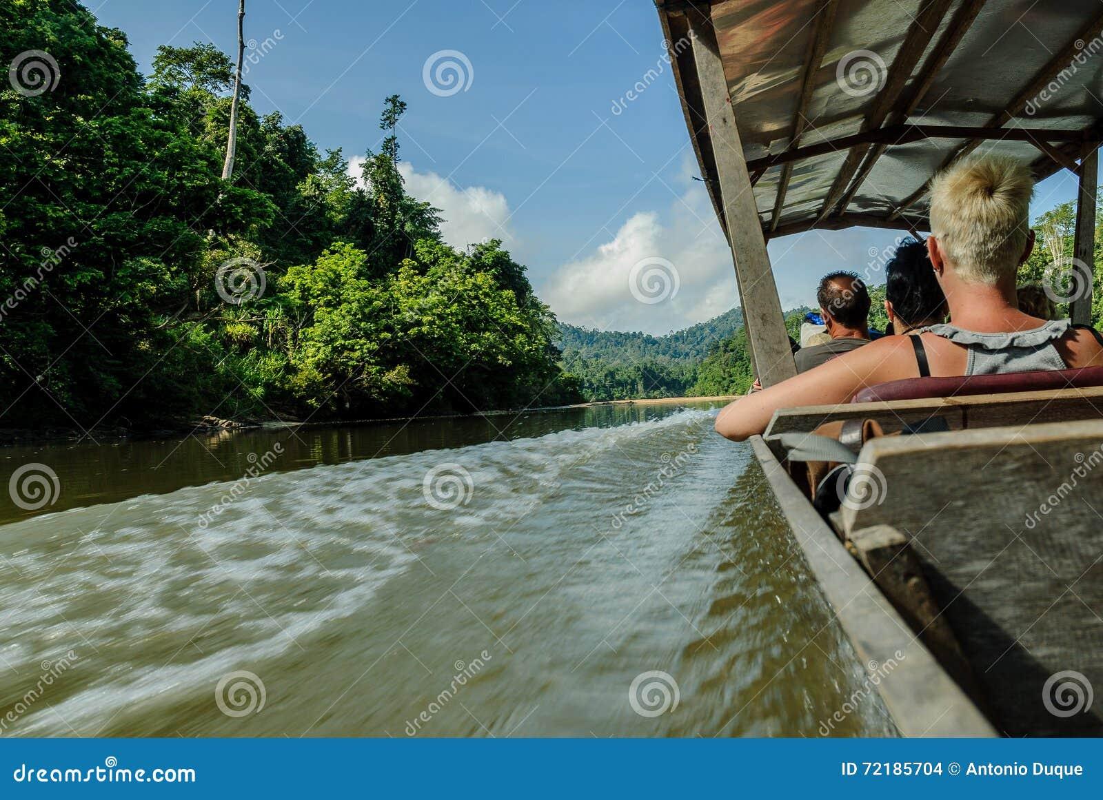 Motorboot in de rivier Sungai Tembeling binnen bostaman Negara in Maleisië