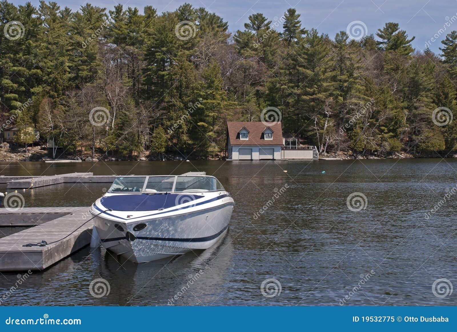 Motorboot die op een meer wordt gedokt