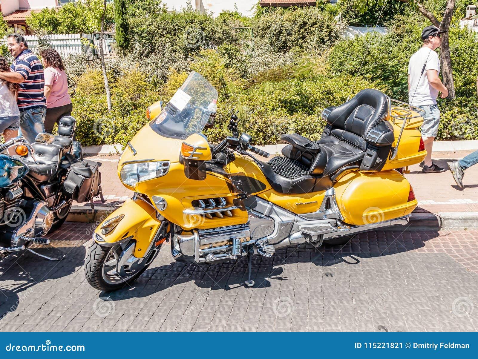 מצטיין Motorcycle Honda Goldwing At An Exhibition Of Old Cars In The Ci NG-74