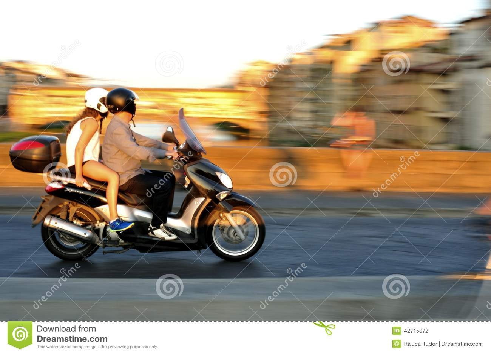 Motorcykel i trafik i den Florence staden i Italien